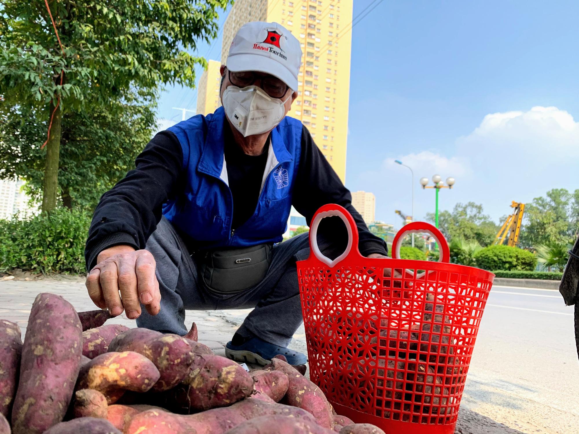 Hàng trăm tấn khoai lang nằm dài trên đường phố Hà Nội chờ 'giải cứu' - Ảnh 7.