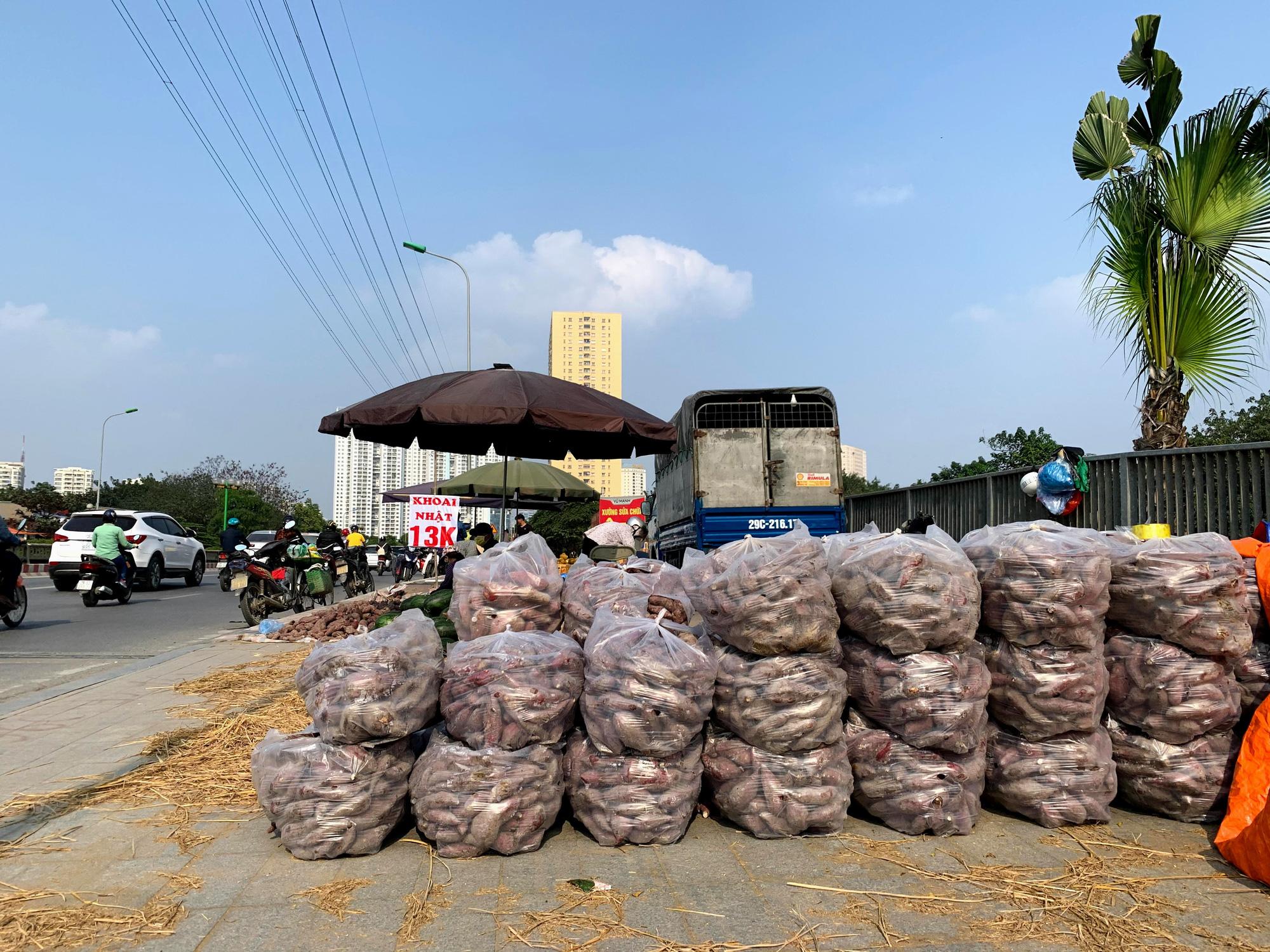 Hàng trăm tấn khoai lang nằm dài trên đường phố Hà Nội chờ 'giải cứu' - Ảnh 9.
