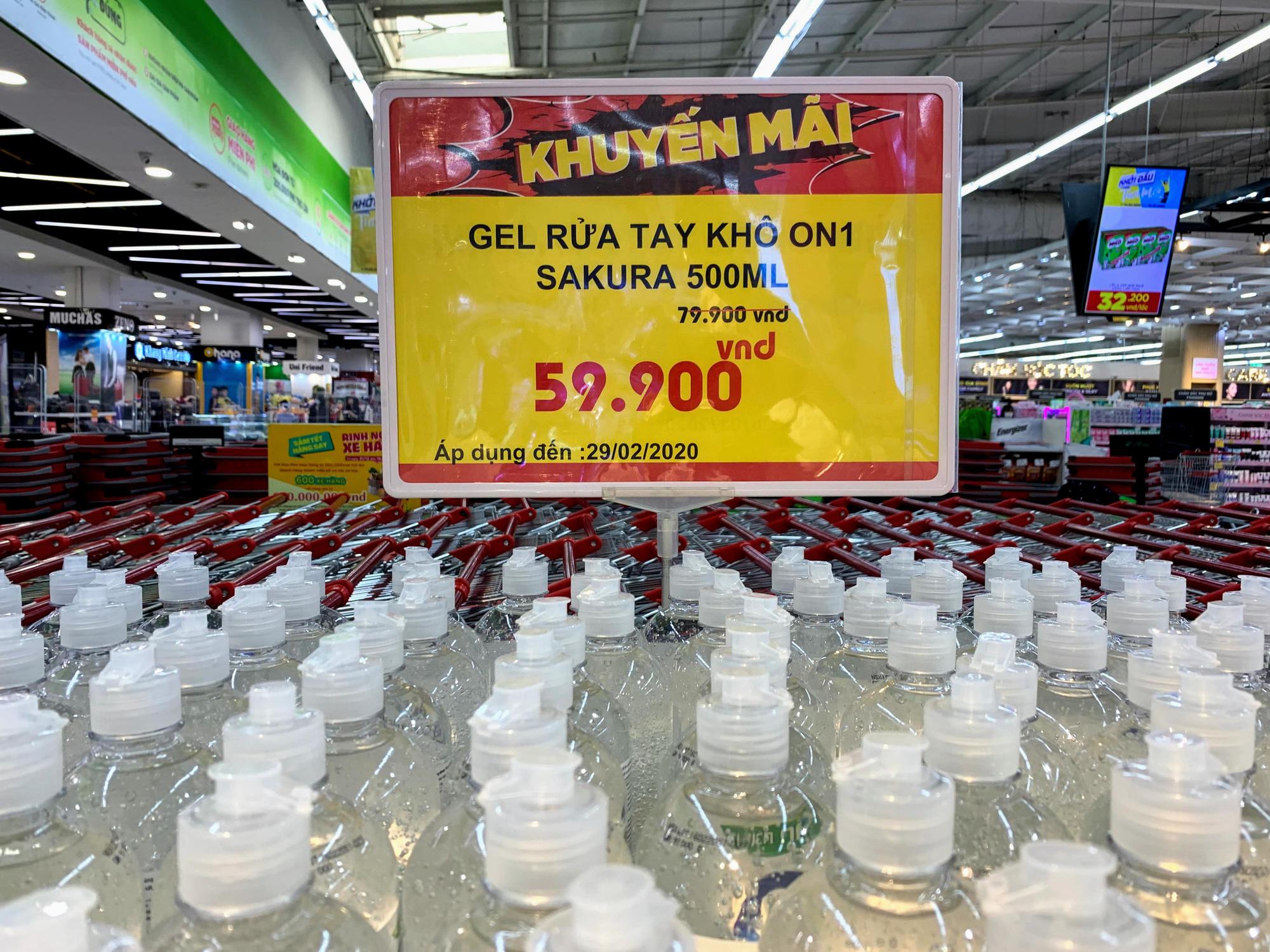 Ma trận nước rửa tay, gel sát khuẩn tại các siêu thị ở Hà Nội làm khó người tiêu dùng - Ảnh 3.