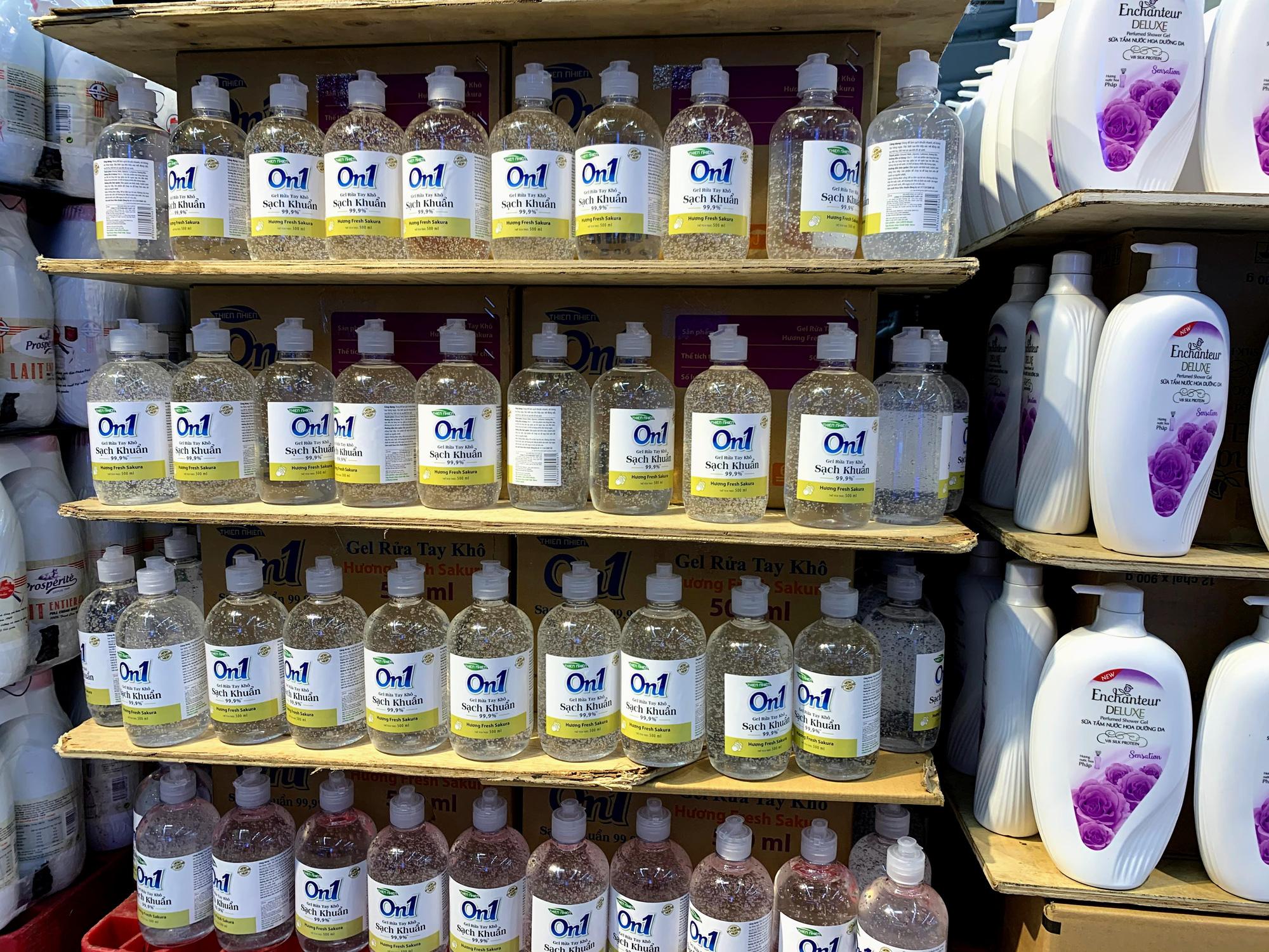 Ma trận nước rửa tay, gel sát khuẩn tại các siêu thị ở Hà Nội làm khó người tiêu dùng - Ảnh 1.
