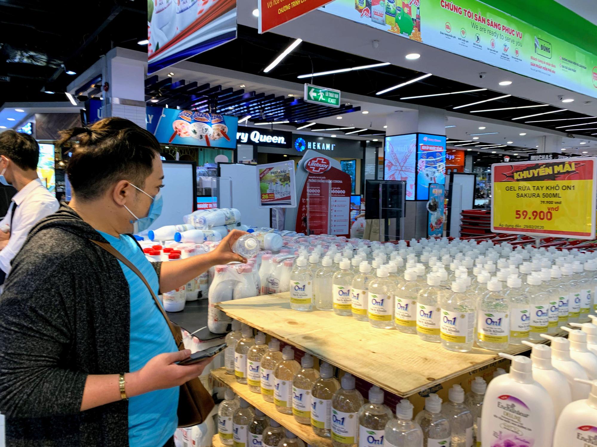 Ma trận nước rửa tay, gel sát khuẩn tại các siêu thị ở Hà Nội làm khó người tiêu dùng - Ảnh 10.