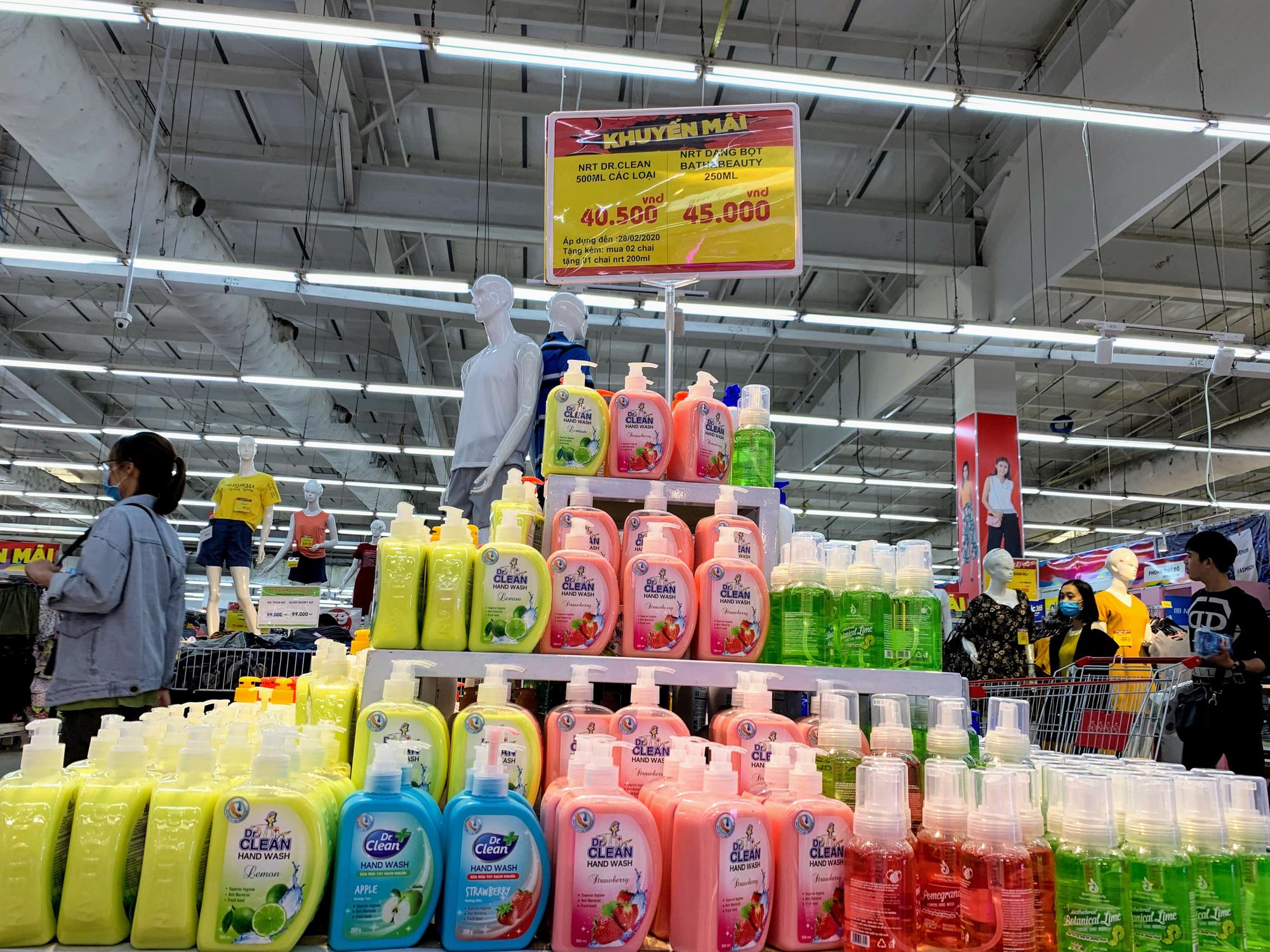 Ma trận nước rửa tay, gel sát khuẩn tại các siêu thị ở Hà Nội làm khó người tiêu dùng - Ảnh 6.