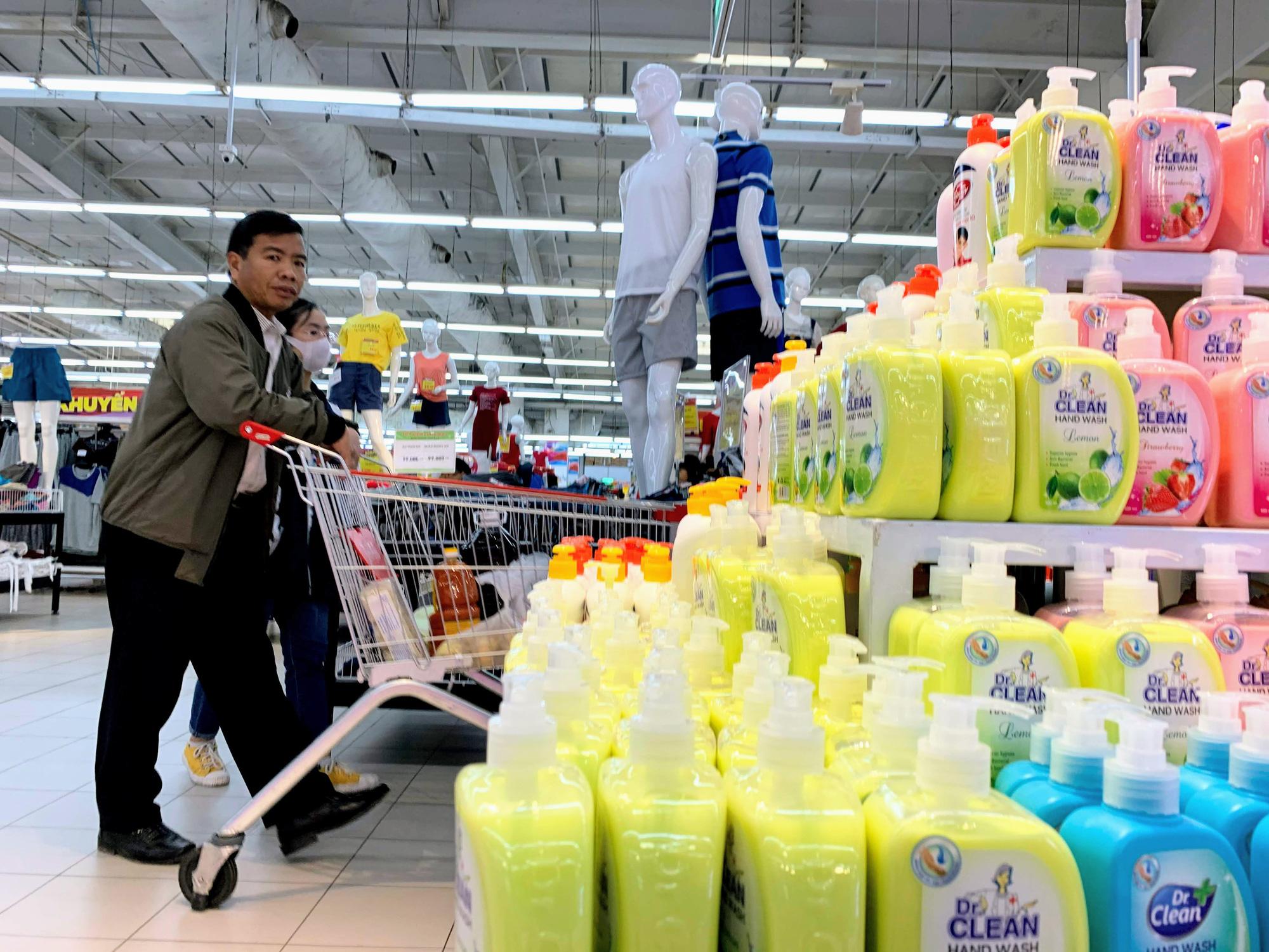 Ma trận nước rửa tay, gel sát khuẩn tại các siêu thị ở Hà Nội làm khó người tiêu dùng - Ảnh 5.