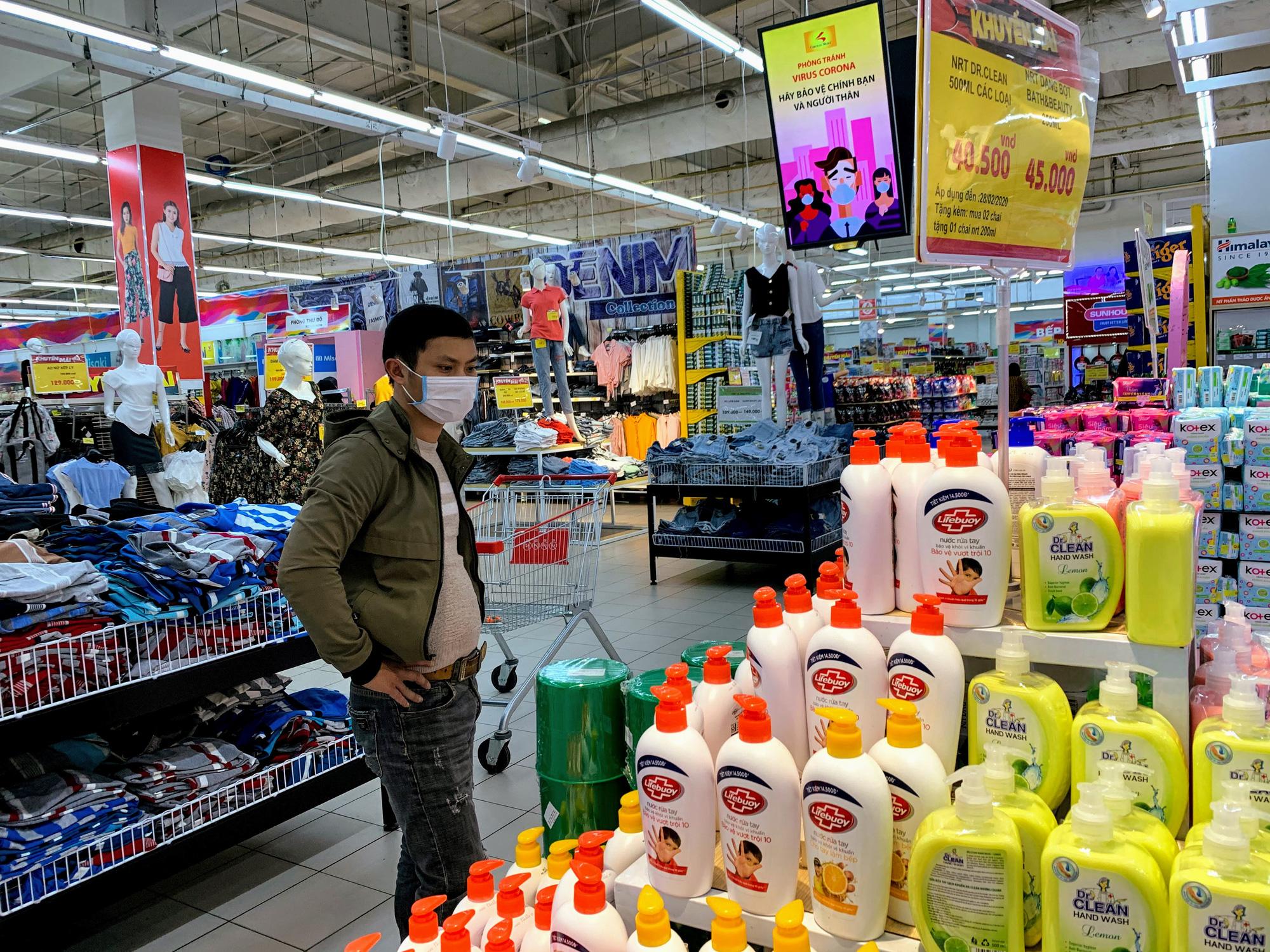 Ma trận nước rửa tay, gel sát khuẩn tại các siêu thị ở Hà Nội làm khó người tiêu dùng - Ảnh 8.