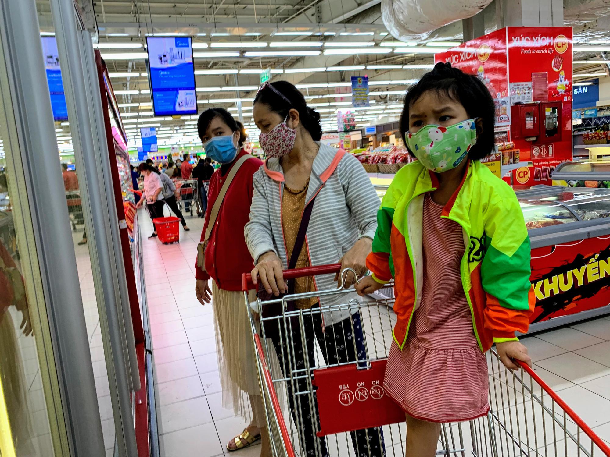 Ma trận nước rửa tay, gel sát khuẩn tại các siêu thị ở Hà Nội làm khó người tiêu dùng - Ảnh 9.
