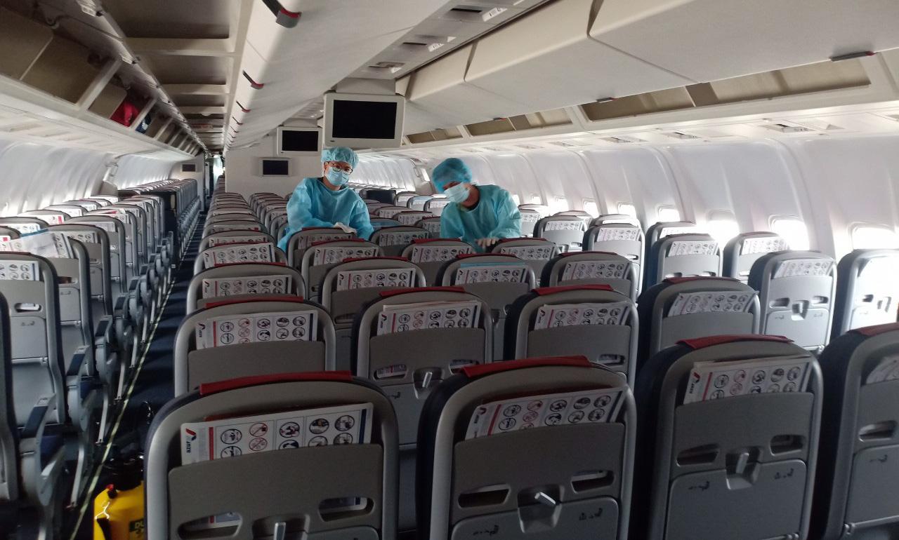 Đến sân bay quốc tế Cam Ranh, người Hàn Quốc đi đường riêng qua 2 hai máy đo thân nhiệt - Ảnh 3.