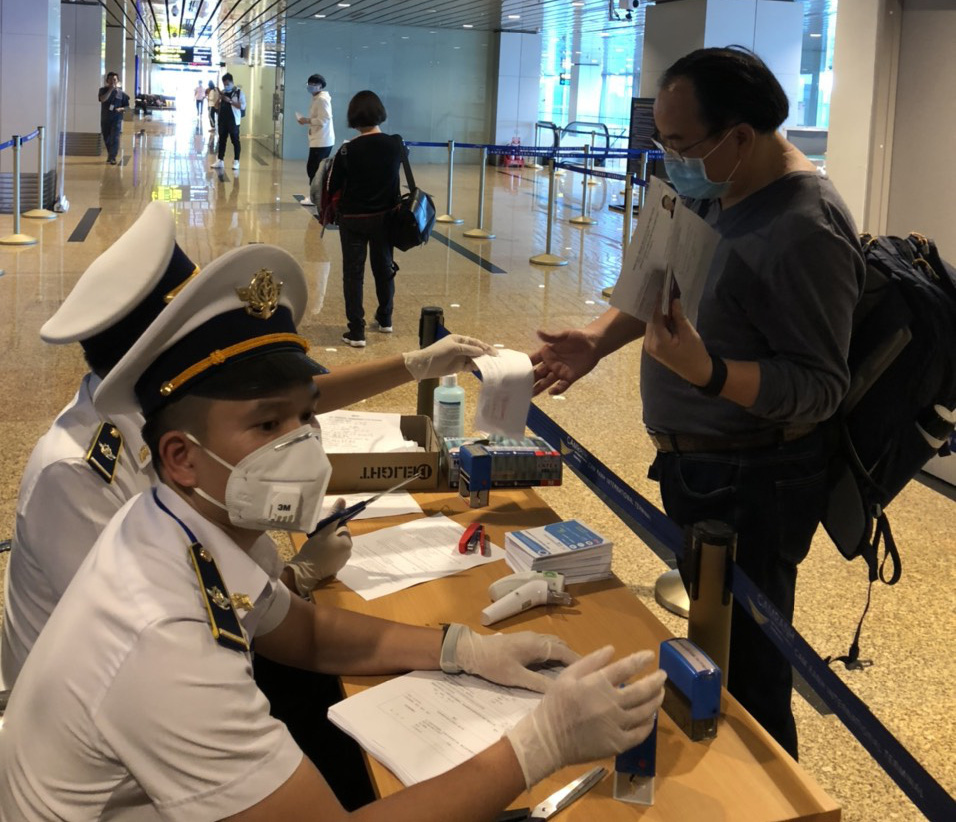 Đến sân bay quốc tế Cam Ranh, người Hàn Quốc đi đường riêng qua 2 hai máy đo thân nhiệt - Ảnh 1.