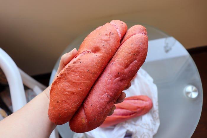 Bánh mì thanh long Việt Nam được báo nước ngoài khen ngợi - Ảnh 1.