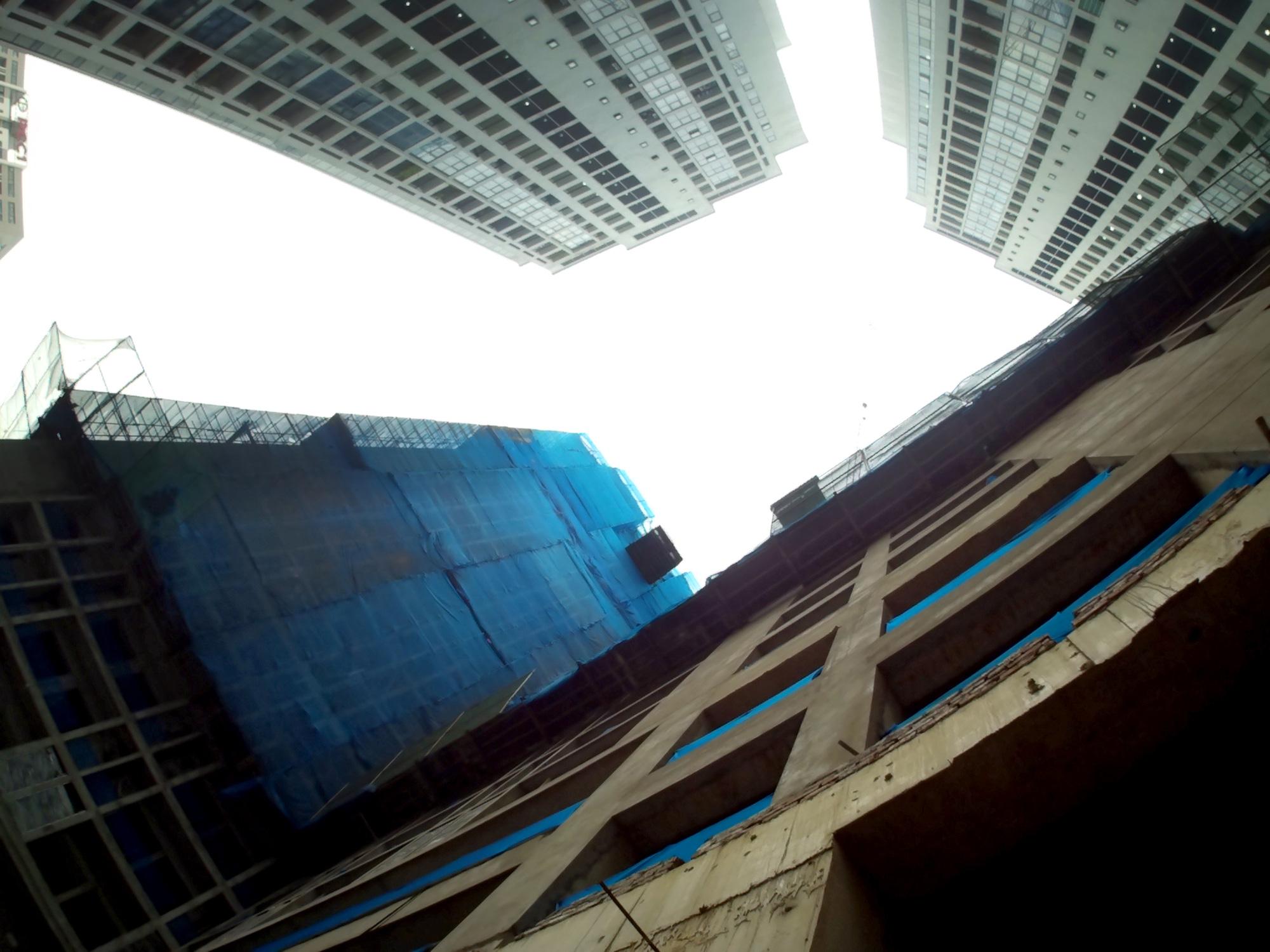 Khoảng không gian giữa hai dự án chính là phần đường nội bộ của hai dự án và bể bơi của An Bình Plaza. (Ảnh: Hồng Phong).