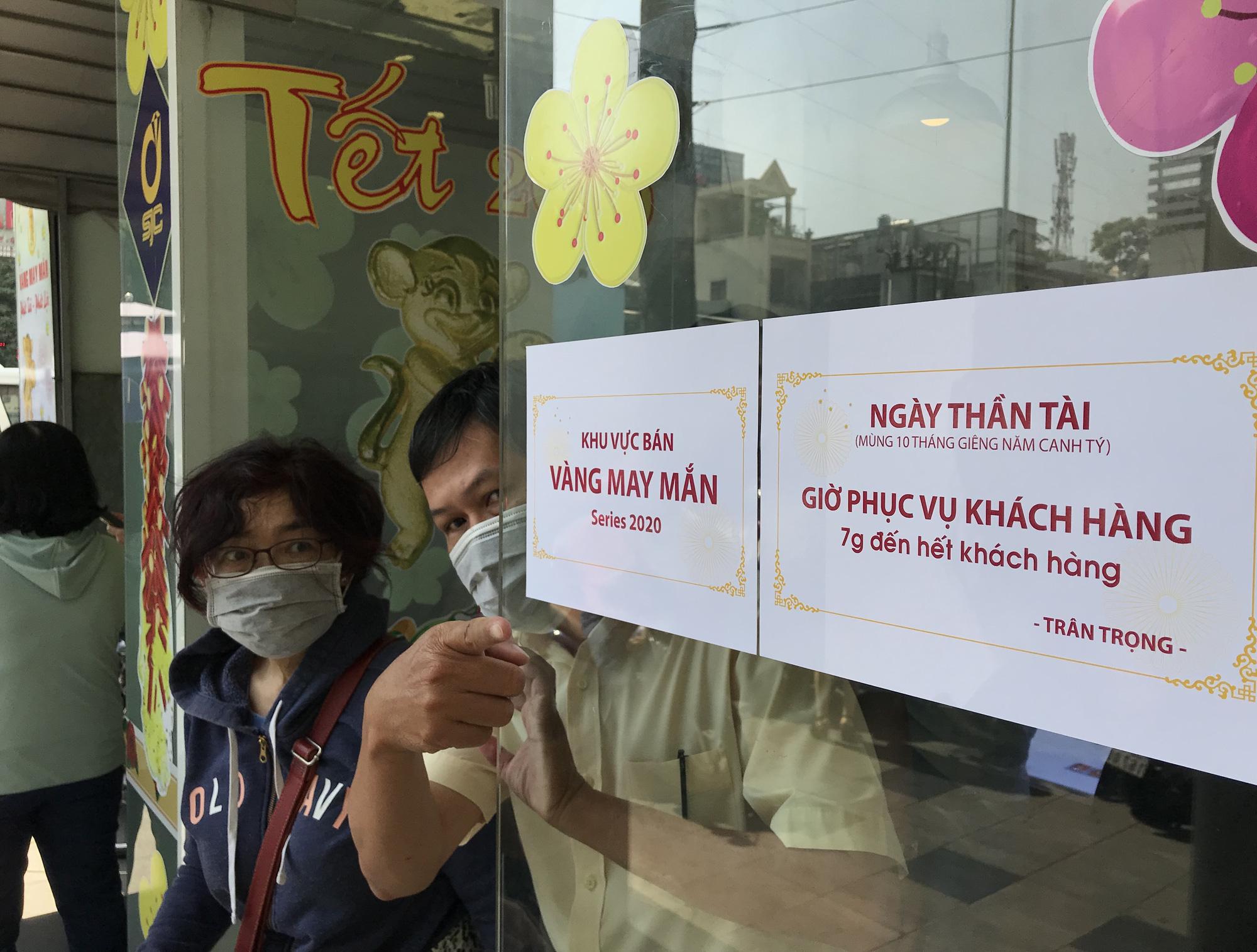 Người Sài Gòn ùn ùn xếp hàng, bốc số mua vàng ngày Thần tài để cầu may đầu năm - Ảnh 4.