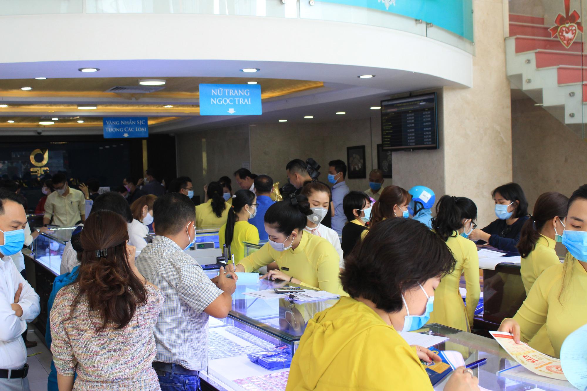Người Sài Gòn ùn ùn xếp hàng, bốc số mua vàng ngày Thần tài để cầu may đầu năm - Ảnh 14.
