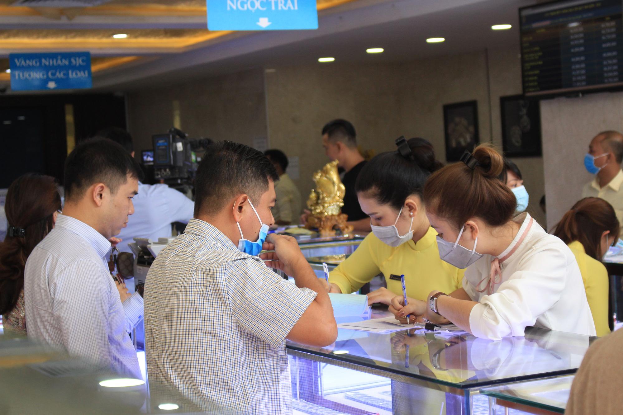 Sau Vía Thần Tài, giá vàng tiếp tục giảm mạnh, mua hôm qua đã mất đứt hơn triệu đồng - Ảnh 1.