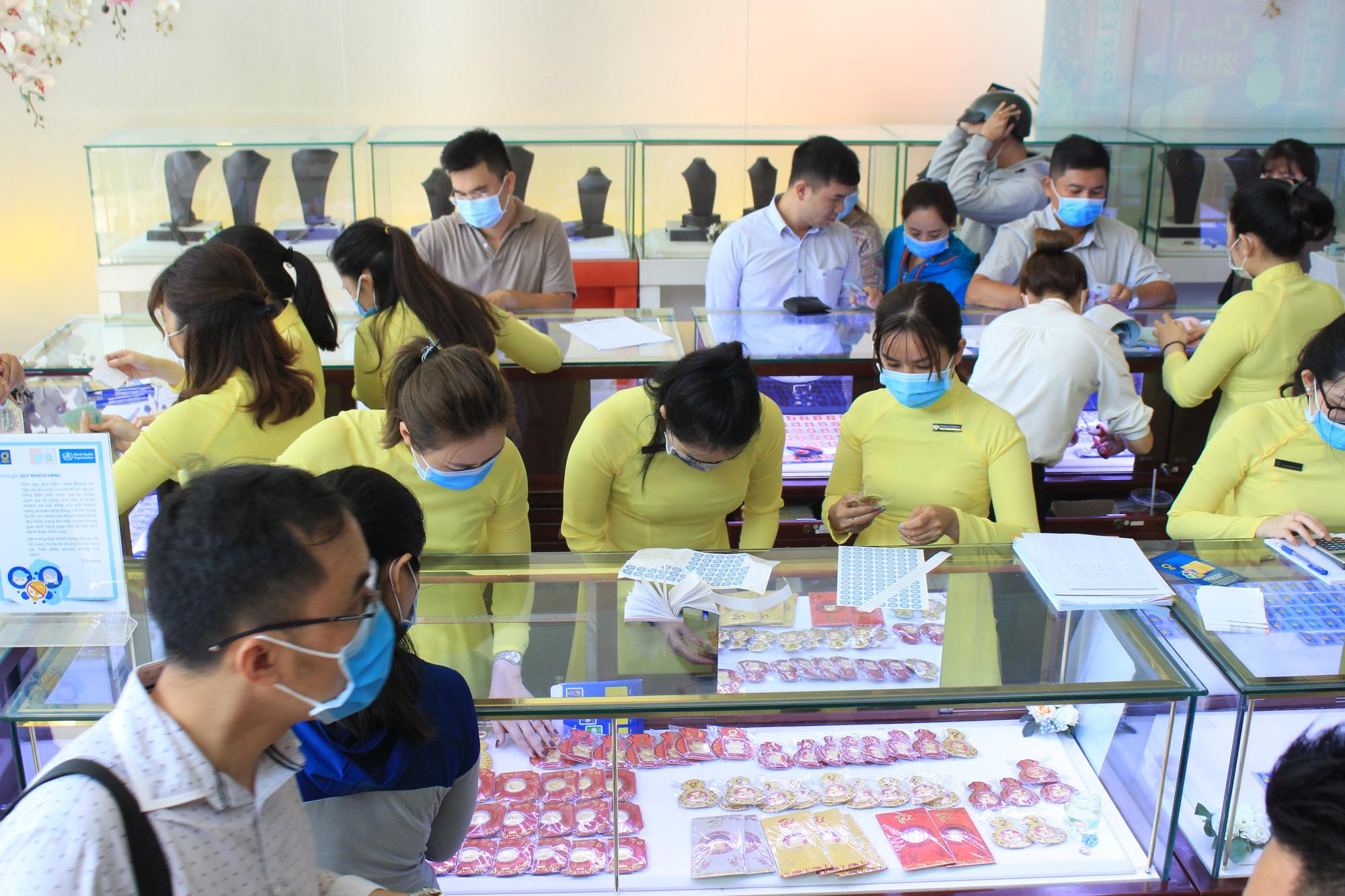 Người Sài Gòn ùn ùn xếp hàng, bốc số mua vàng ngày Thần tài để cầu may đầu năm - Ảnh 5.