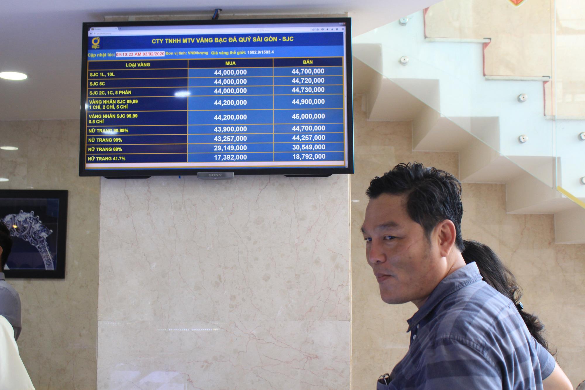 Người Sài Gòn ùn ùn xếp hàng, bốc số mua vàng ngày Thần tài để cầu may đầu năm - Ảnh 2.