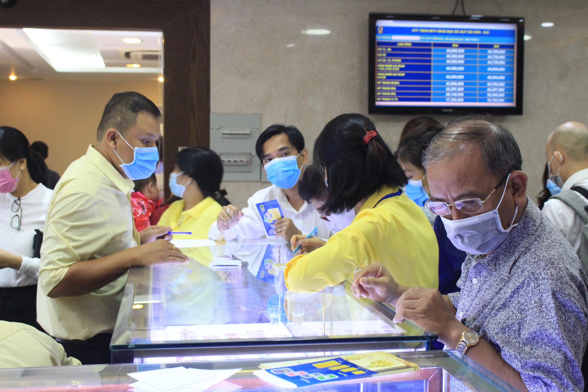 Giá vàng bật tăng trở lại vào cuối tuần, bán ra lên đến 44,2 triệu đồng mỗi lượng - Ảnh 1.