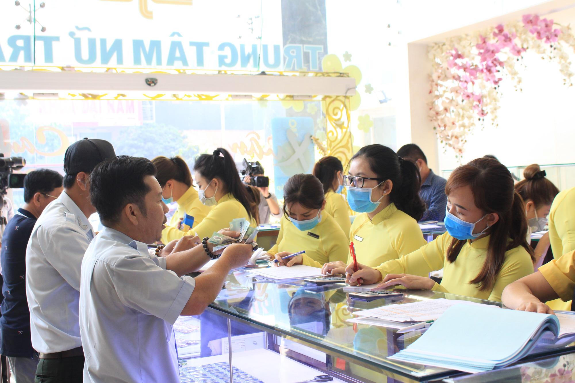 Loạn giá vàng ngày Vía Thần tài, có nơi đẩy chênh lệch mua bán lên đến 2-3 triệu đồng mỗi lượng - Ảnh 1.