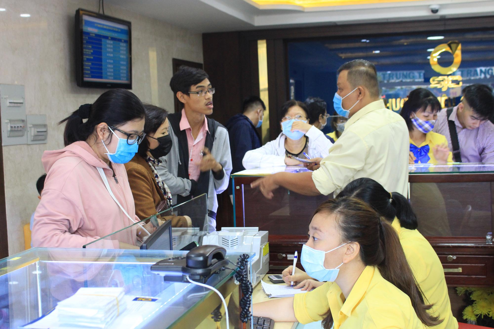 Người Sài Gòn ùn ùn xếp hàng, bốc số mua vàng ngày Thần tài để cầu may đầu năm - Ảnh 12.