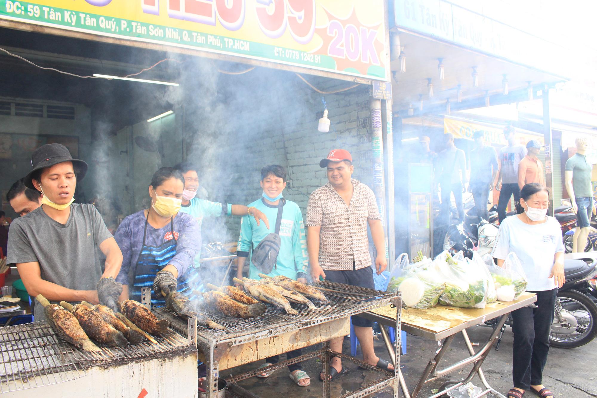 Chuẩn bị 3,5 tấn cá lóc nướng ngày vía Thần tài nhưng vẫn lo không đủ bán ở Sài Gòn - Ảnh 13.