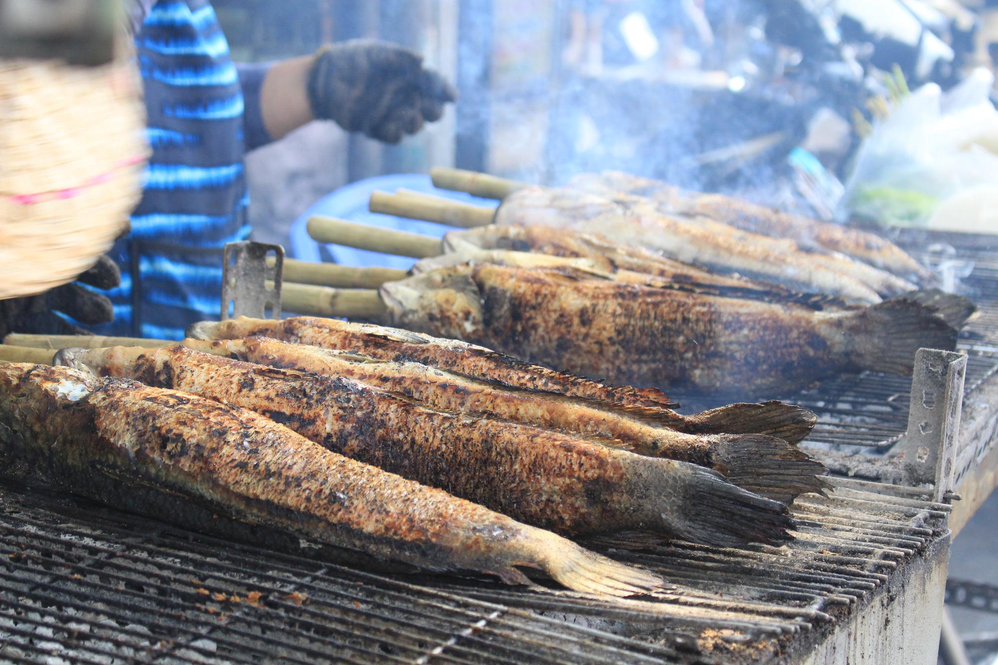Chuẩn bị 3,5 tấn cá lóc nướng ngày vía Thần tài nhưng vẫn lo không đủ bán ở Sài Gòn - Ảnh 4.
