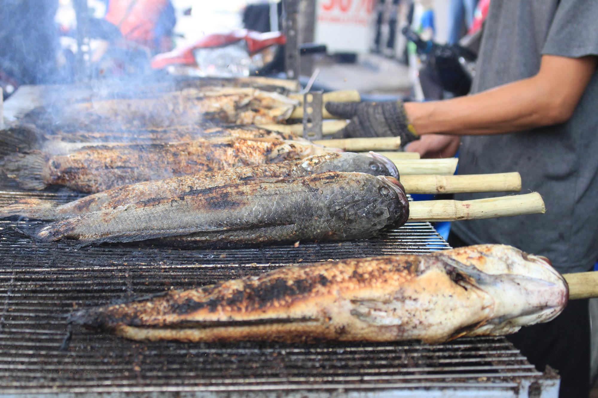 Chuẩn bị 3,5 tấn cá lóc nướng ngày vía Thần tài nhưng vẫn lo không đủ bán ở Sài Gòn - Ảnh 7.