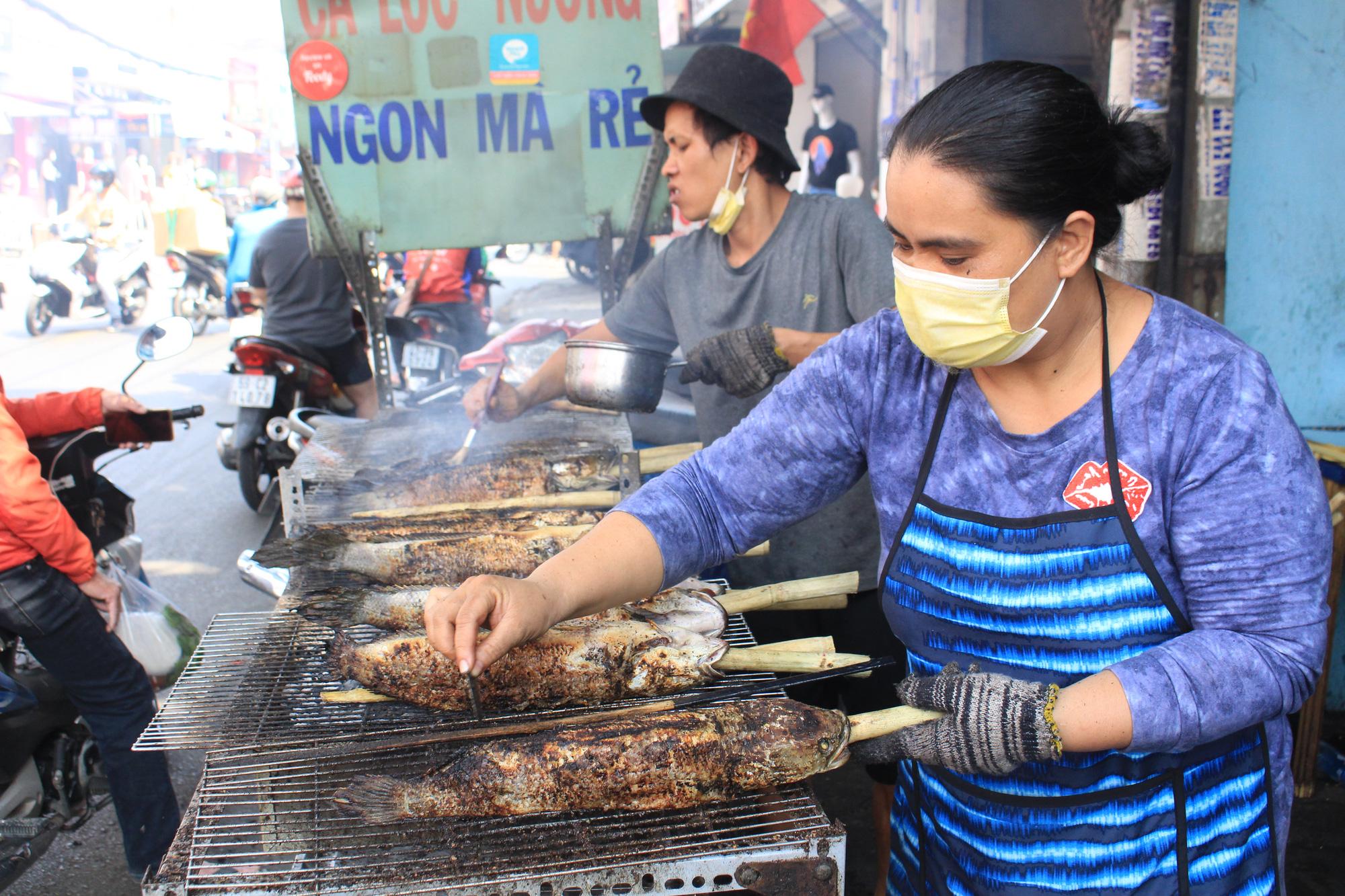 Chuẩn bị 3,5 tấn cá lóc nướng ngày vía Thần tài nhưng vẫn lo không đủ bán ở Sài Gòn - Ảnh 3.