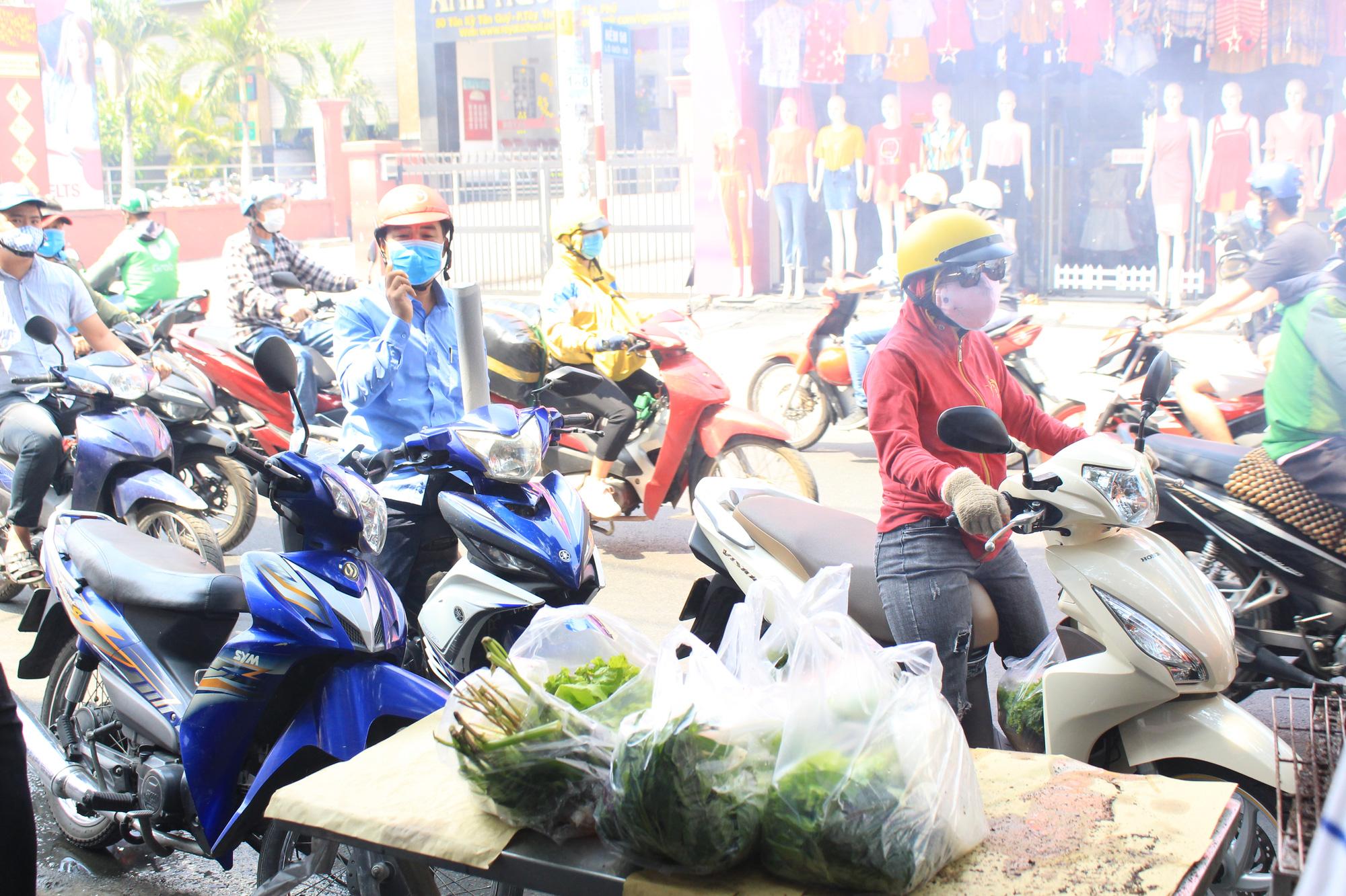 Chuẩn bị 3,5 tấn cá lóc nướng ngày vía Thần tài nhưng vẫn lo không đủ bán ở Sài Gòn - Ảnh 12.