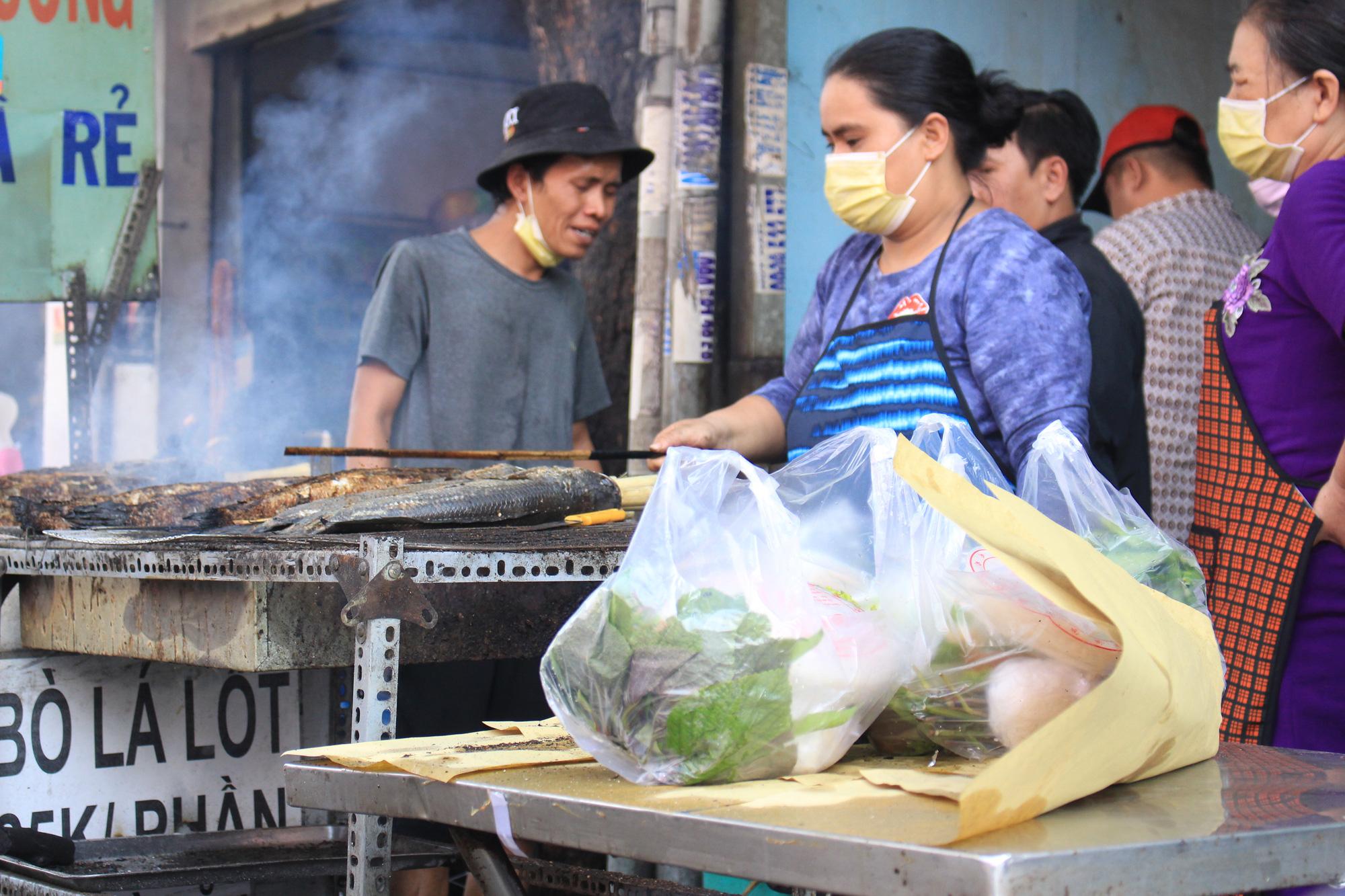 Chuẩn bị 3,5 tấn cá lóc nướng ngày vía Thần tài nhưng vẫn lo không đủ bán ở Sài Gòn - Ảnh 10.