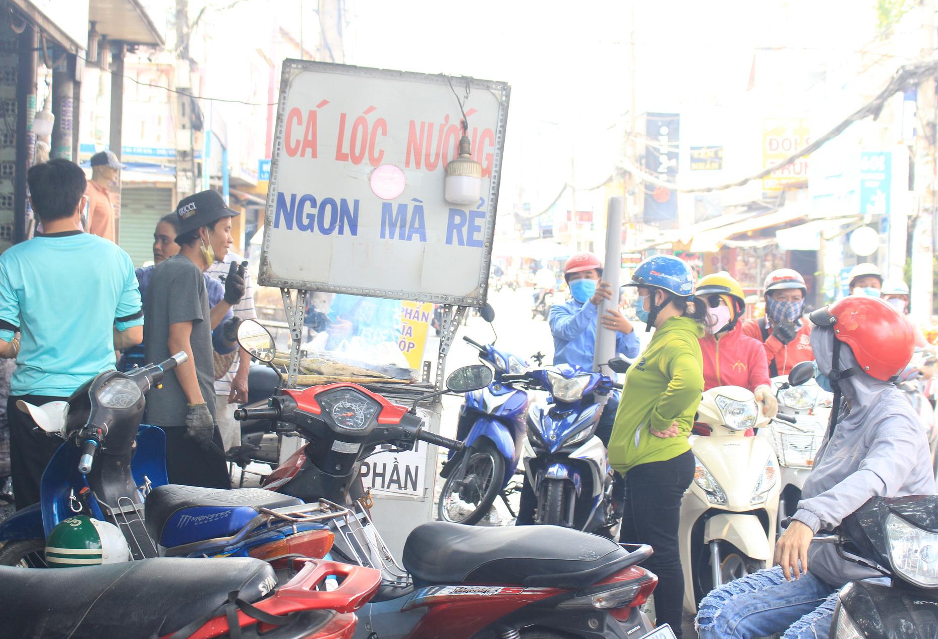 Chuẩn bị 3,5 tấn cá lóc nướng ngày vía Thần tài nhưng vẫn lo không đủ bán ở Sài Gòn - Ảnh 2.