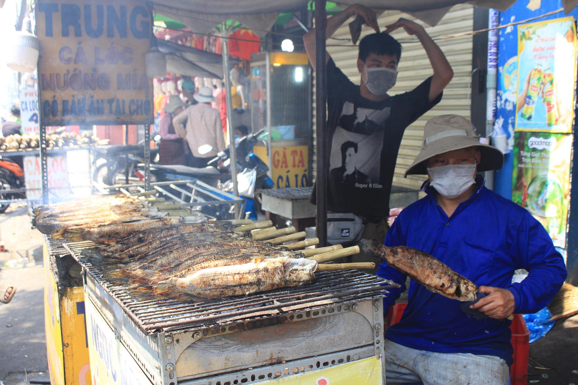 Chuẩn bị 3,5 tấn cá lóc nướng ngày vía Thần tài nhưng vẫn lo không đủ bán ở Sài Gòn - Ảnh 5.