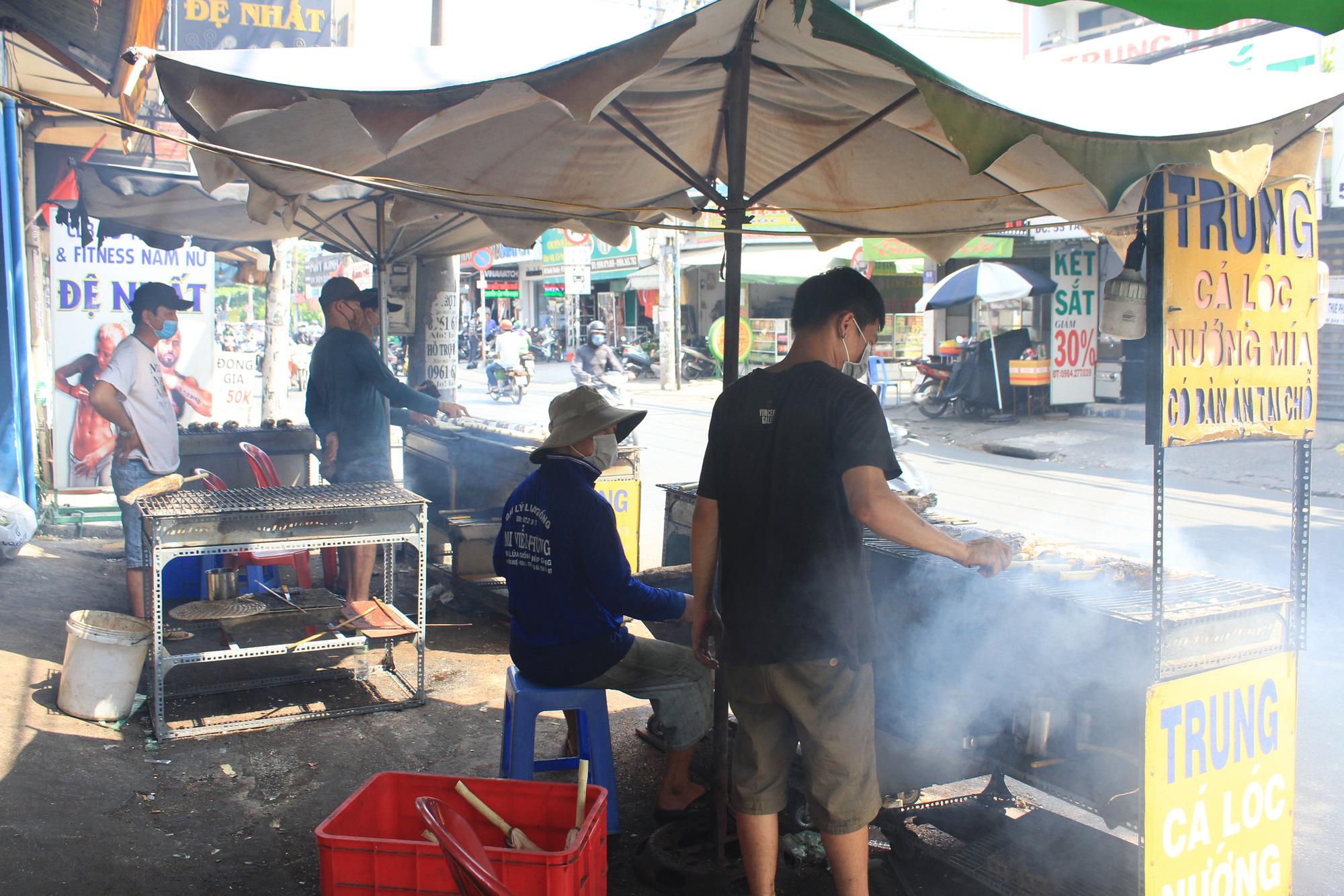 Chuẩn bị 3,5 tấn cá lóc nướng ngày vía Thần tài nhưng vẫn lo không đủ bán ở Sài Gòn - Ảnh 1.