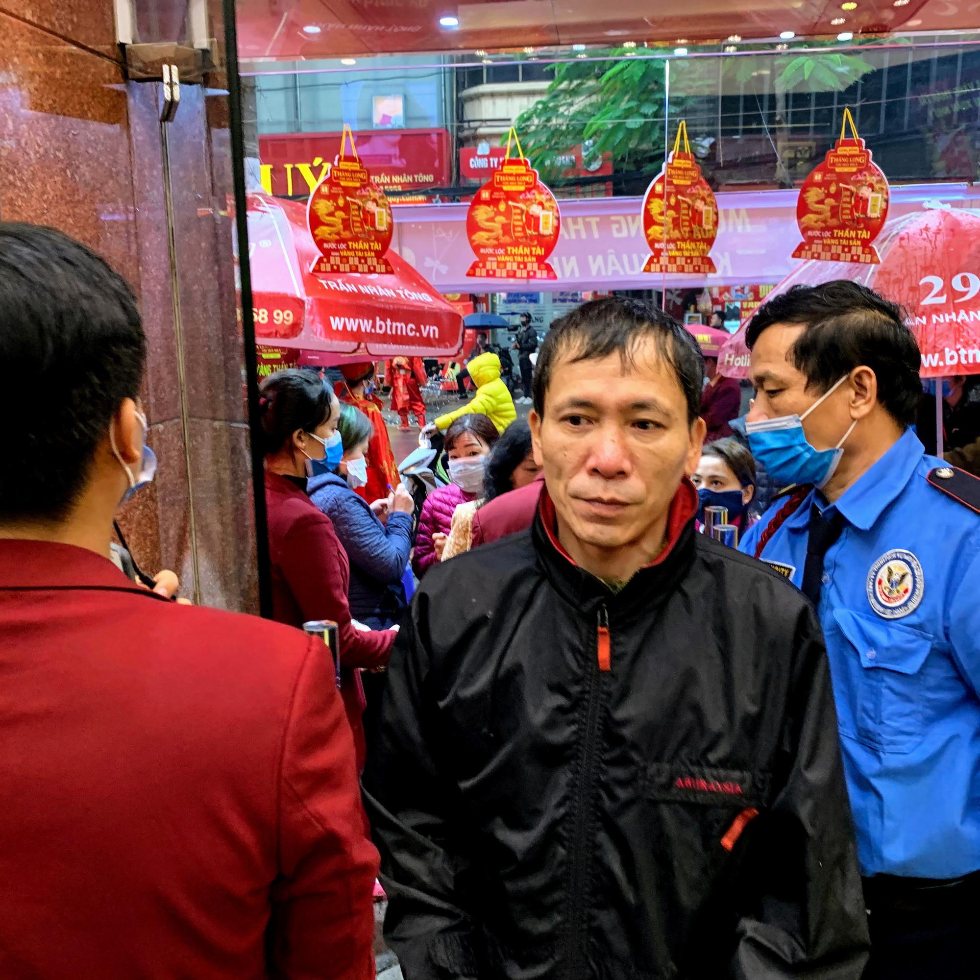 Nhân viên hàng vàng tràn xuống đường che mưa, đón khách mua vàng ngày Vía Thần Tài - Ảnh 5.