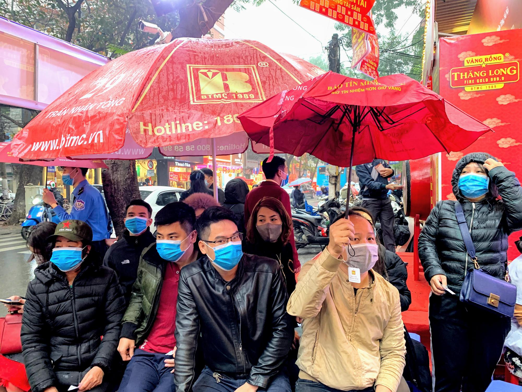 Giữa tâm dịch corona, bay từ Sài Gòn ra Hà Nội, đội mưa để đi mua vàng trong ngày Vía thần Tài - Ảnh 3.