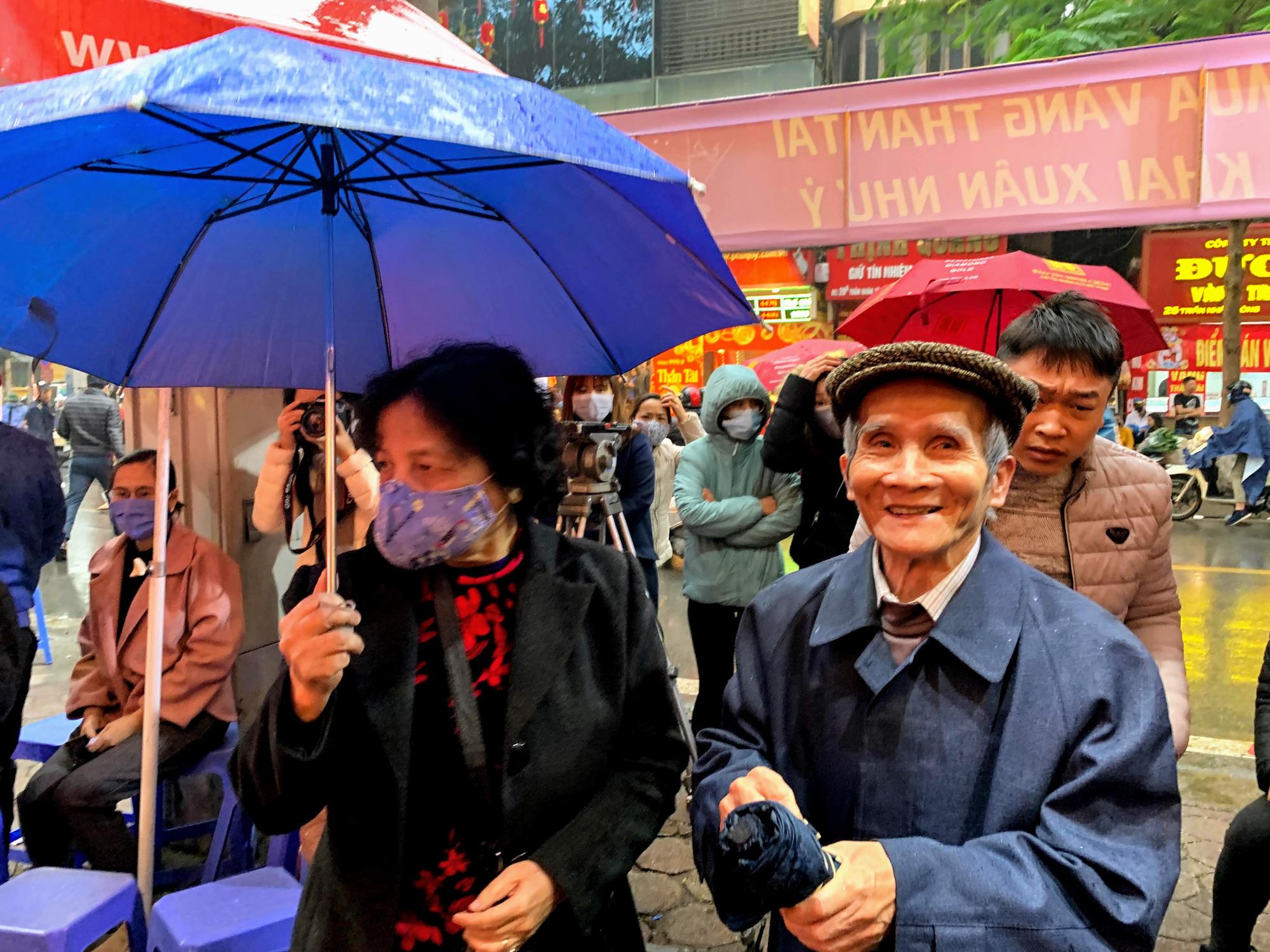 Giữa tâm dịch corona, bay từ Sài Gòn ra Hà Nội, đội mưa để đi mua vàng trong ngày Vía thần Tài - Ảnh 4.