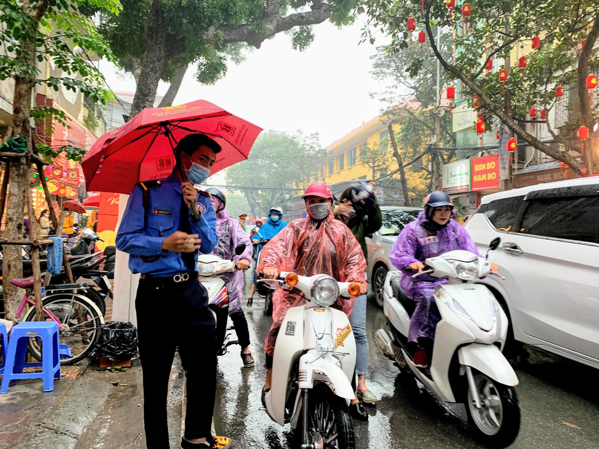 Giữa tâm dịch corona, bay từ Sài Gòn ra Hà Nội, đội mưa để đi mua vàng trong ngày Vía thần Tài - Ảnh 7.