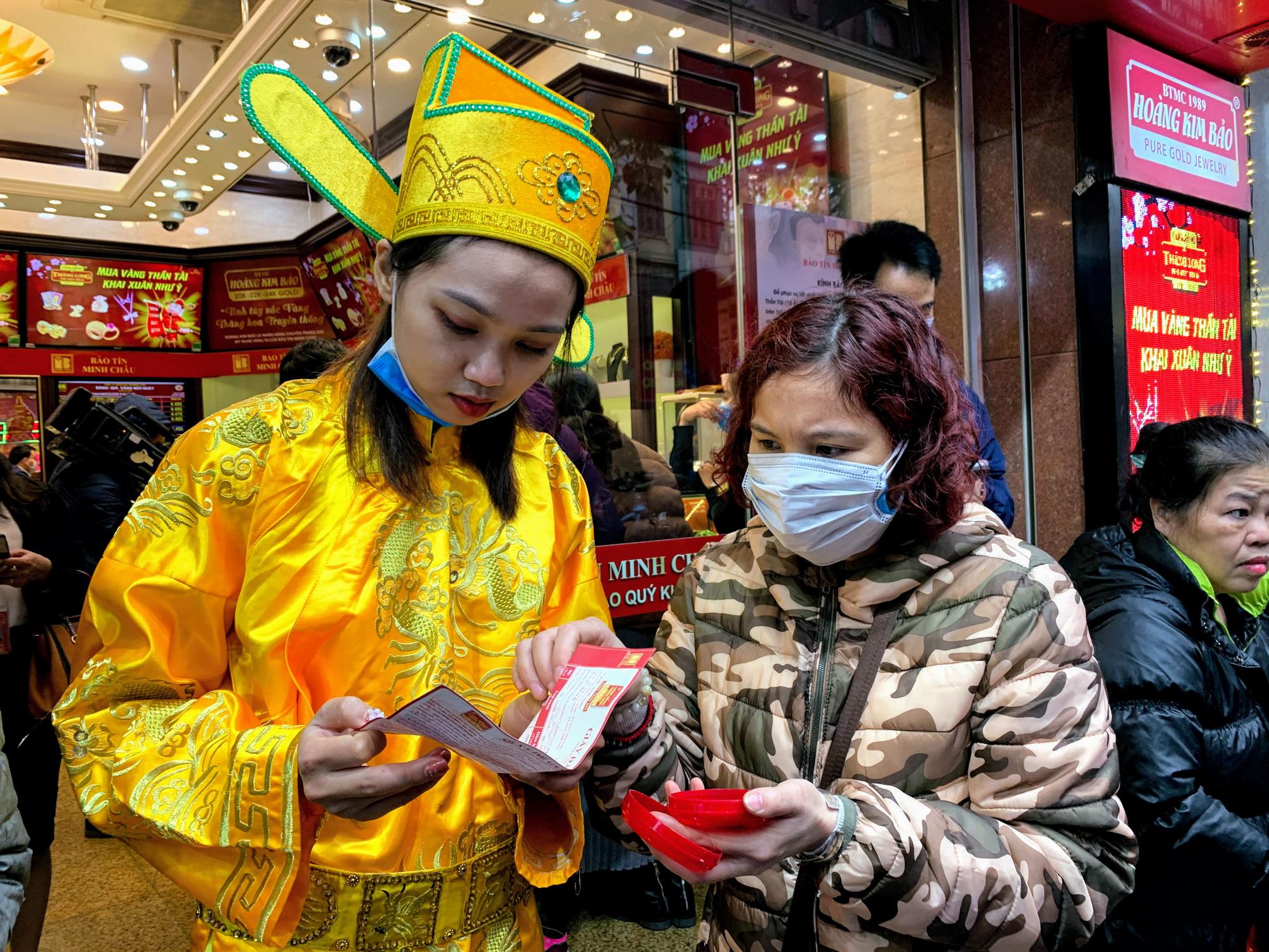 Giữa tâm dịch corona, bay từ Sài Gòn ra Hà Nội, đội mưa để đi mua vàng trong ngày Vía thần Tài - Ảnh 8.