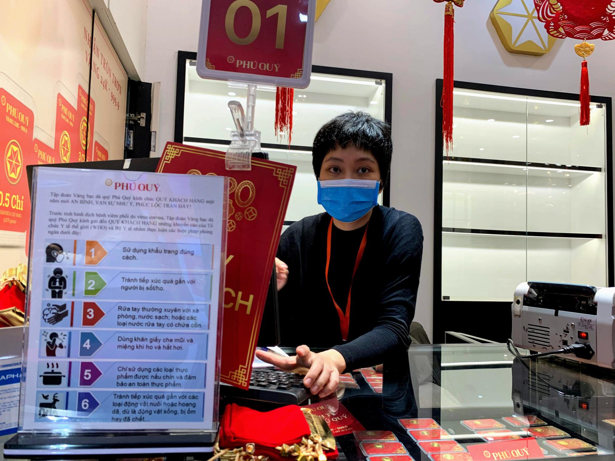 Nhân viên hàng vàng tràn xuống đường che mưa, đón khách mua vàng ngày Vía Thần Tài - Ảnh 13.