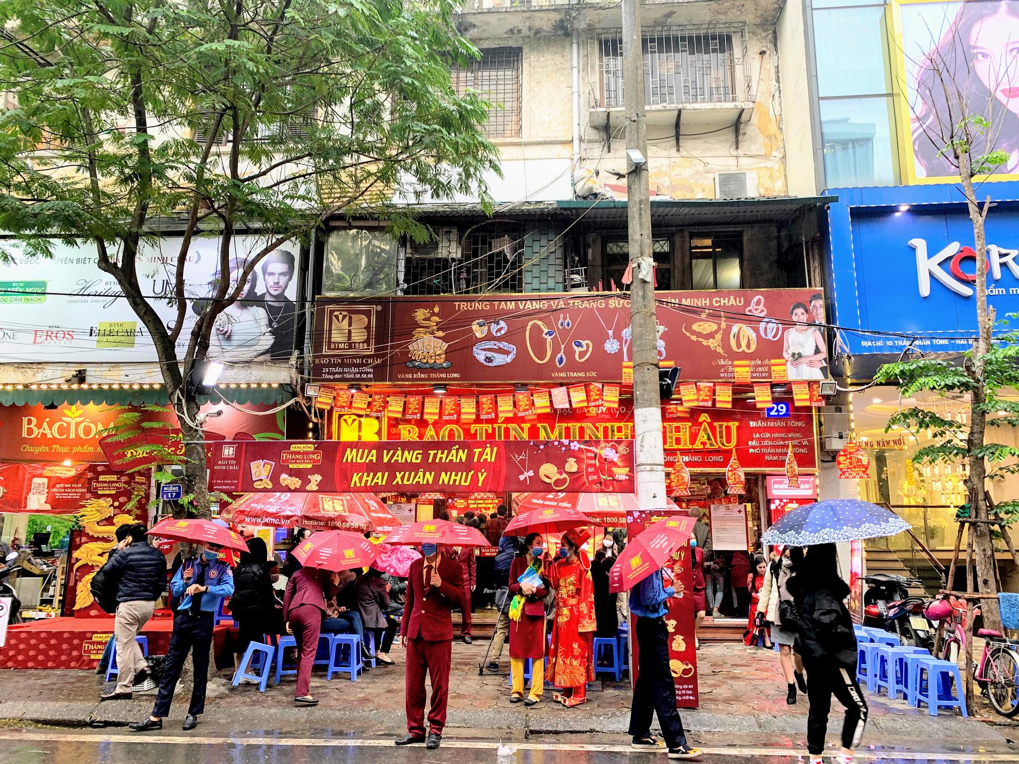 Giữa tâm dịch corona, bay từ Sài Gòn ra Hà Nội, đội mưa để đi mua vàng trong ngày Vía thần Tài - Ảnh 6.