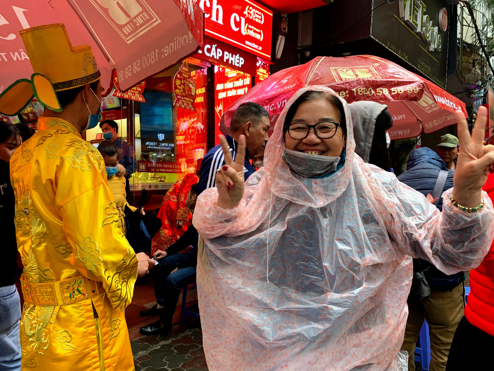 Giữa tâm dịch corona, bay từ Sài Gòn ra Hà Nội, đội mưa để đi mua vàng trong ngày Vía thần Tài - Ảnh 2.