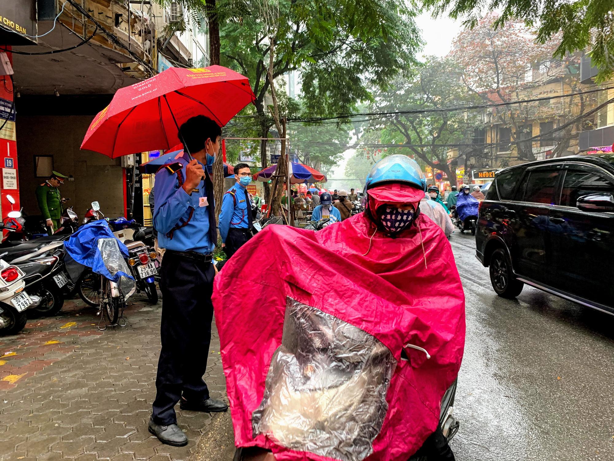 Giữa tâm dịch corona, bay từ Sài Gòn ra Hà Nội, đội mưa để đi mua vàng trong ngày Vía thần Tài - Ảnh 1.