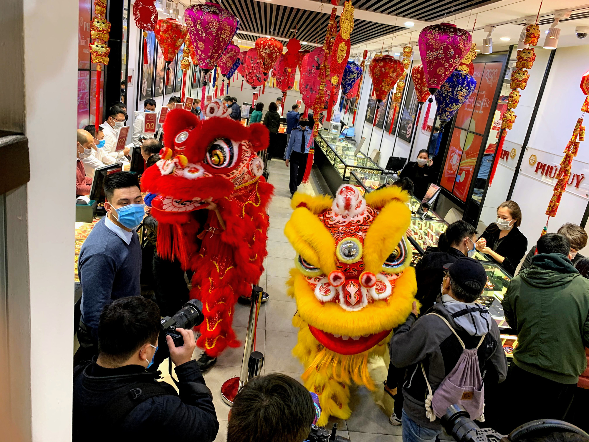 Nhân viên hàng vàng tràn xuống đường che mưa, đón khách mua vàng ngày Vía Thần Tài - Ảnh 8.