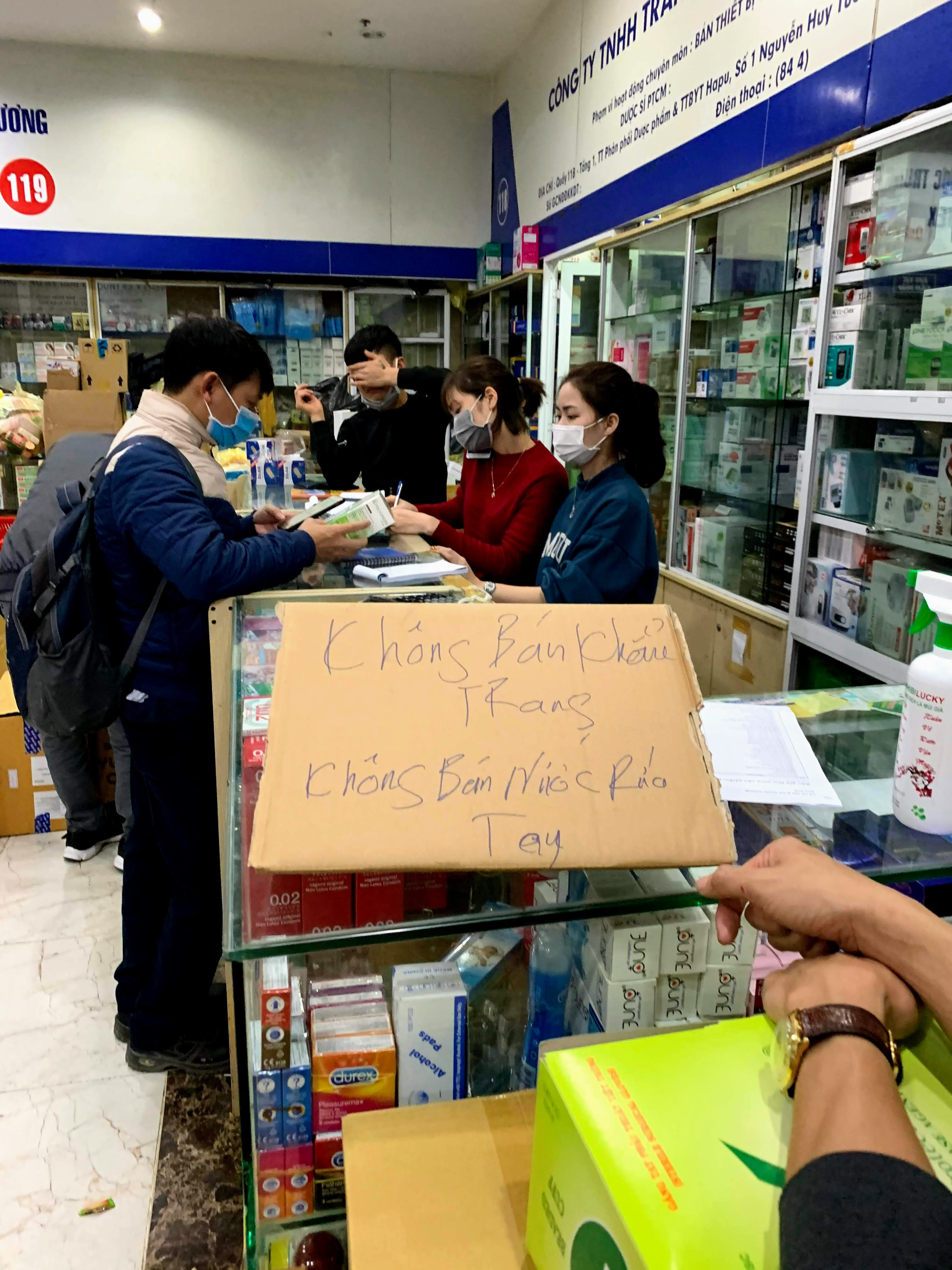 Cục trưởng Cục quản lí thị trường Hà Nội: Sẽ xử lí vụ việc chợ thuốc Hapulico đồng loạt treo biển 'không bán khẩu trang, nước rửa tay, miễn hỏi' - Ảnh 2.