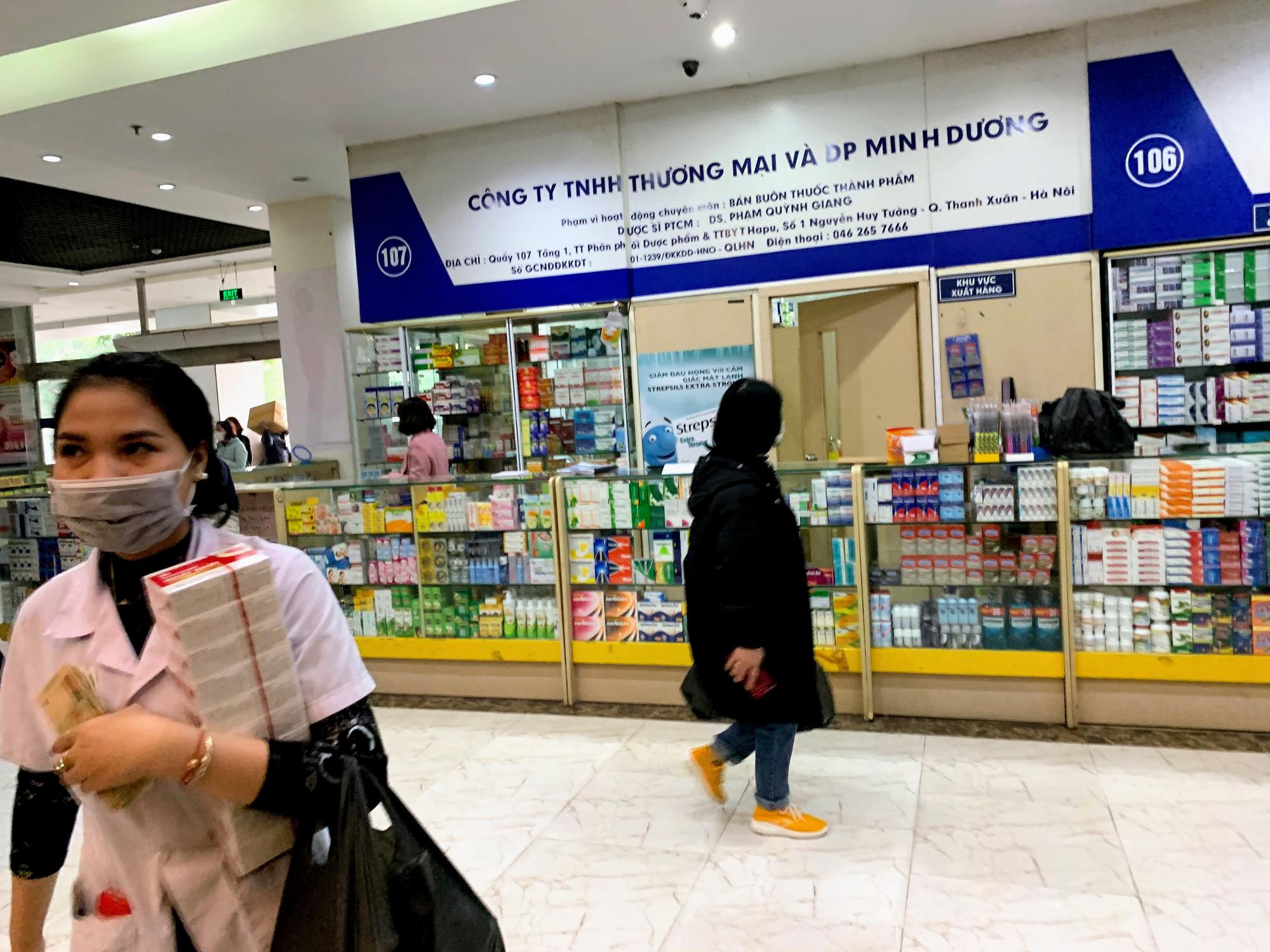 Cục trưởng Cục quản lí thị trường Hà Nội: Sẽ xử lí vụ việc chợ thuốc Hapulico đồng loạt treo biển 'không bán khẩu trang, nước rửa tay, miễn hỏi' - Ảnh 3.