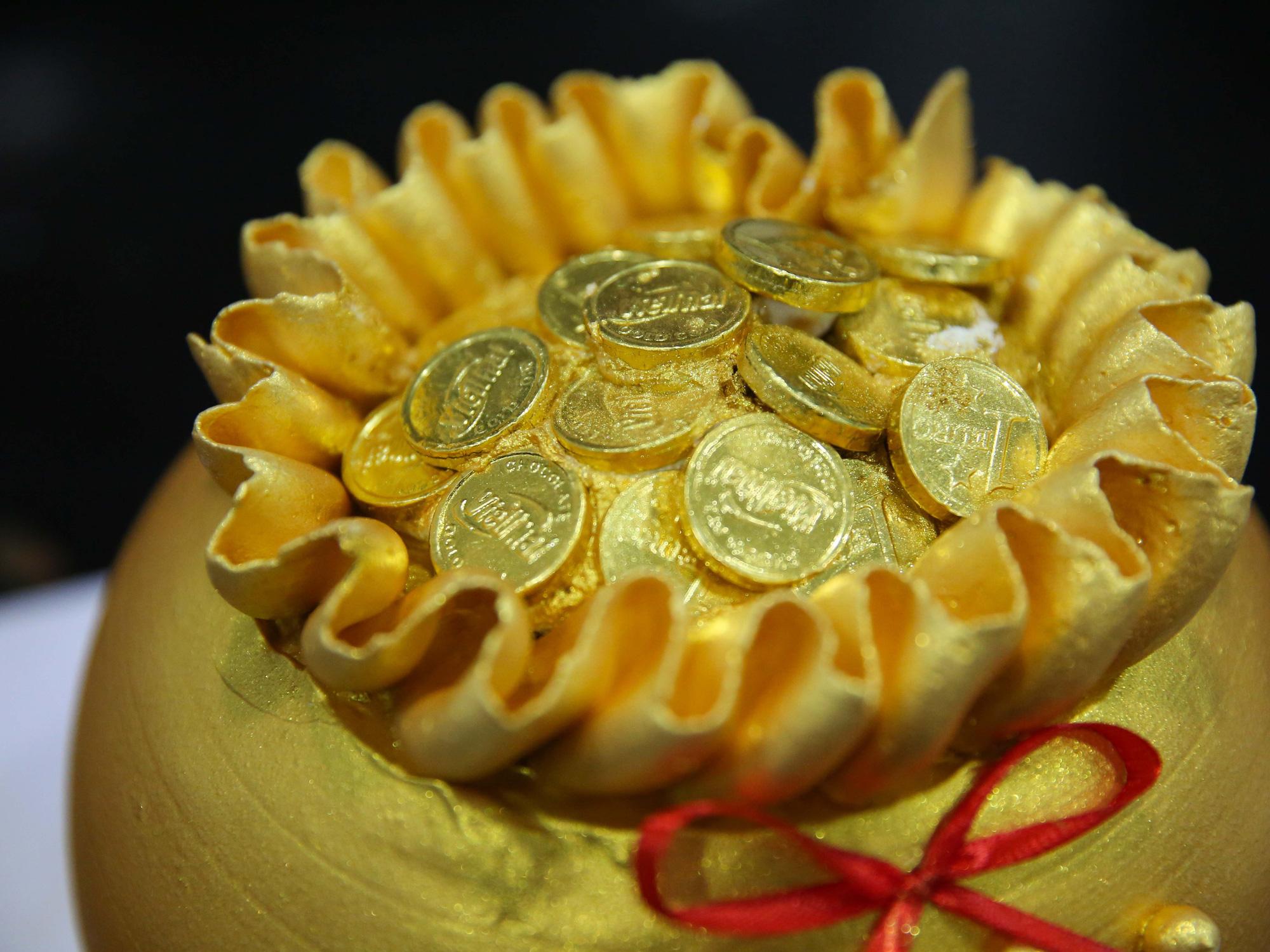 Bánh hũ vàng giá bạc triệu trong ngày vía Thần Tài  - Ảnh 6.