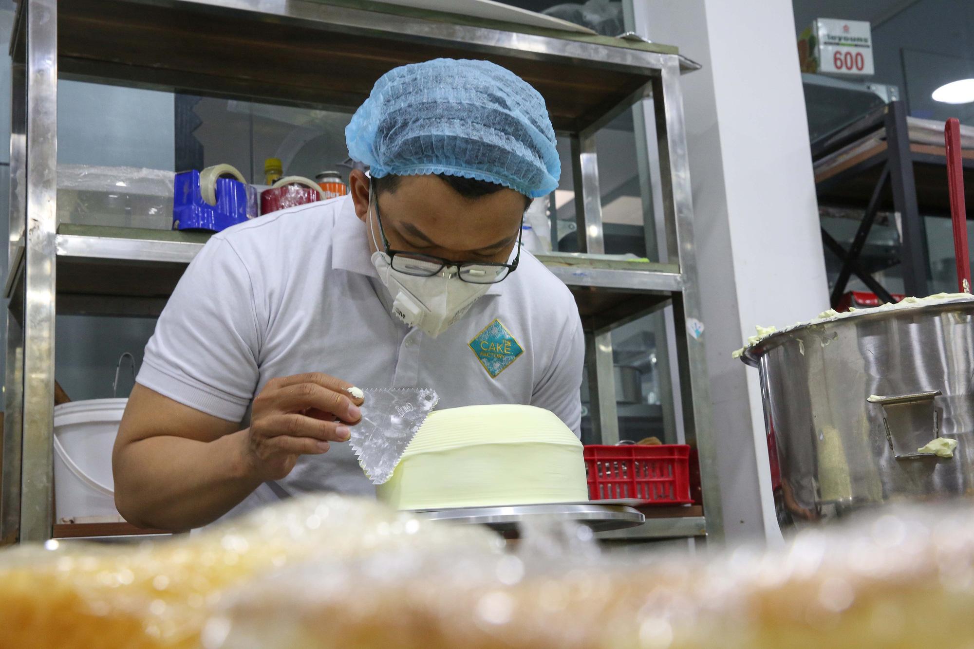 Bánh hũ vàng giá bạc triệu trong ngày vía Thần Tài  - Ảnh 3.