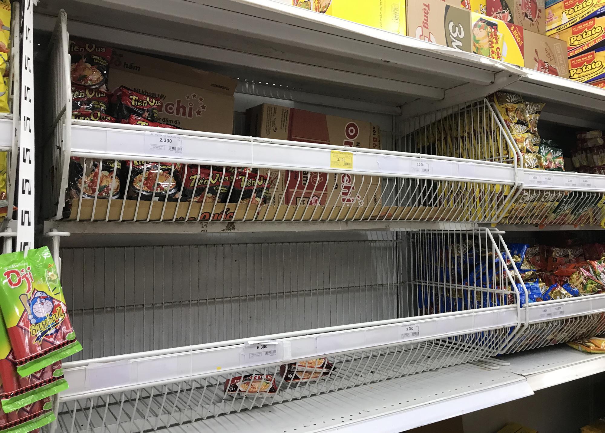 Quầy rau xanh, mì gói tại siêu thị hết từ sáng sớm vì virus corona - Ảnh 4.