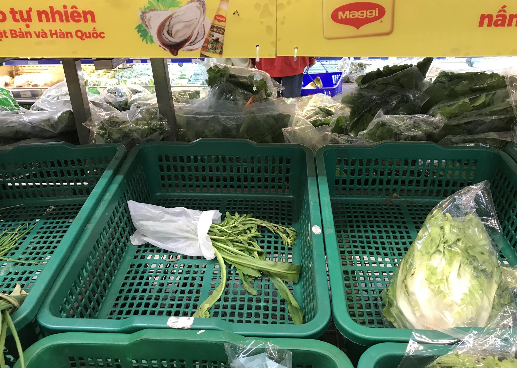 Người tiêu dùng gom sạch rau xanh, mì gói tại siêu thị từ sáng sớm  - Ảnh 2.