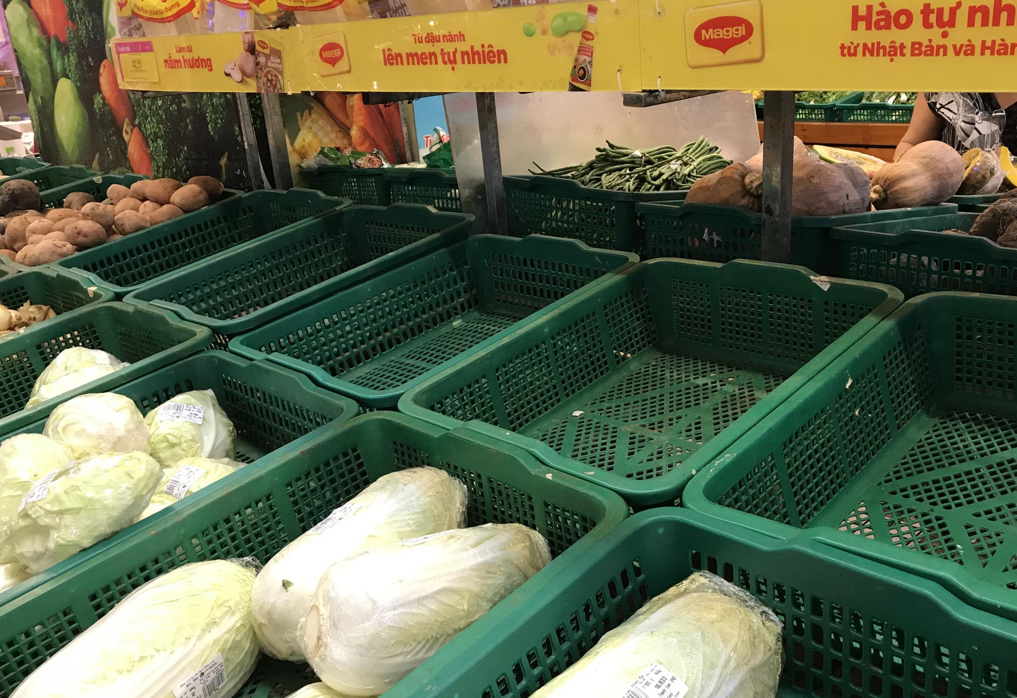 Quầy rau xanh, mì gói tại siêu thị hết từ sáng sớm vì virus corona - Ảnh 1.