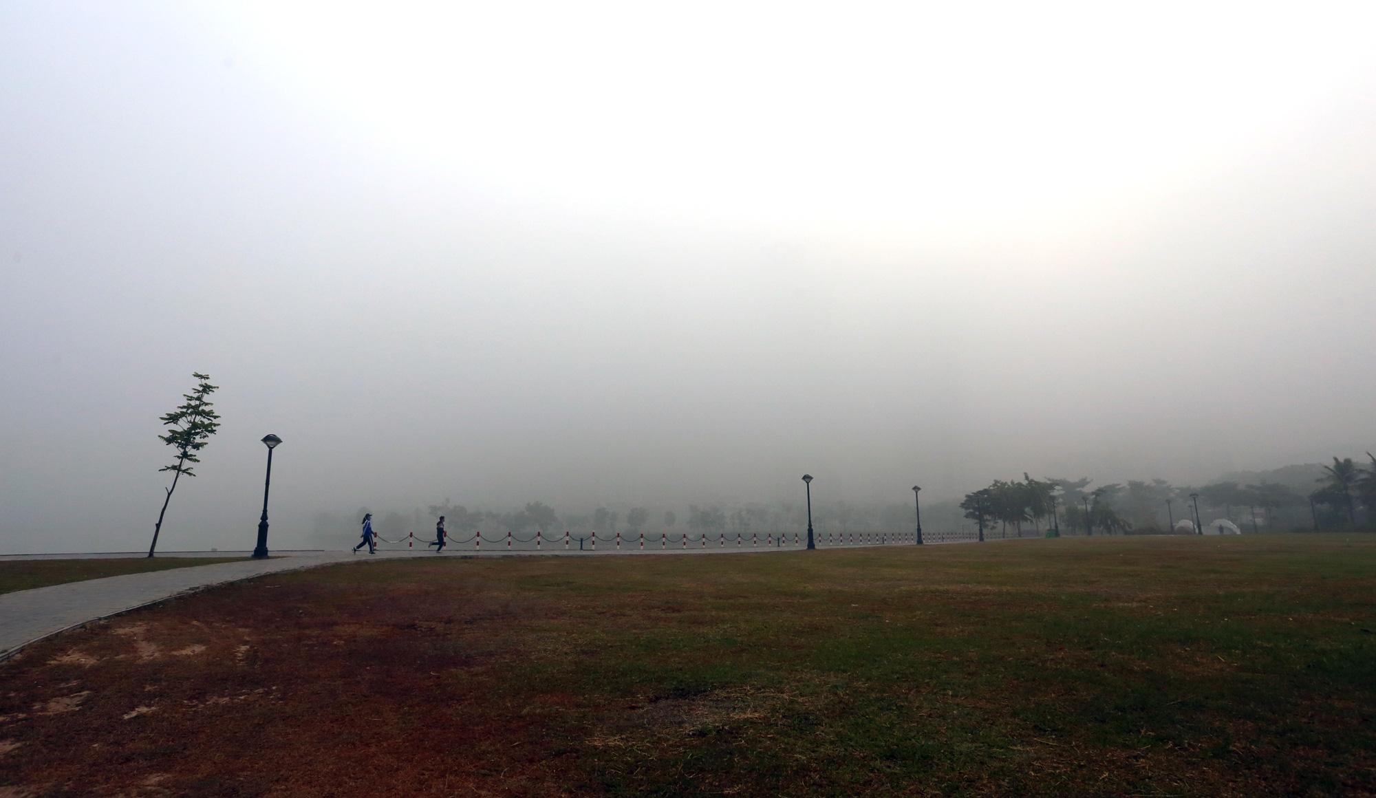 Hà Nội chìm trong sương mù giữa dịch virus corona - Ảnh 10.