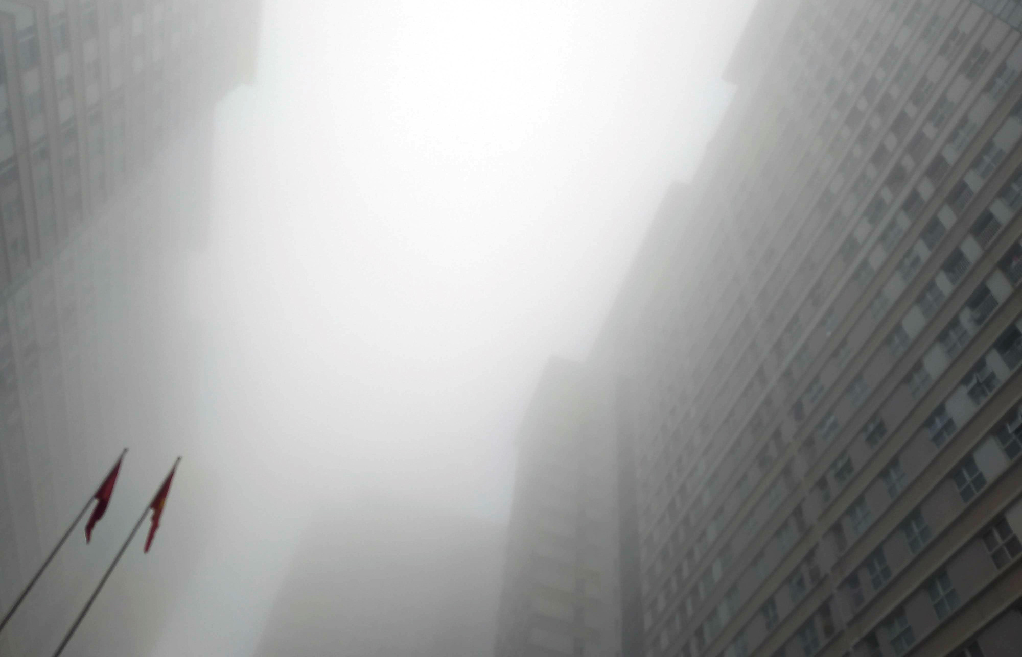 Hà Nội chìm trong sương mù giữa dịch virus corona - Ảnh 11.