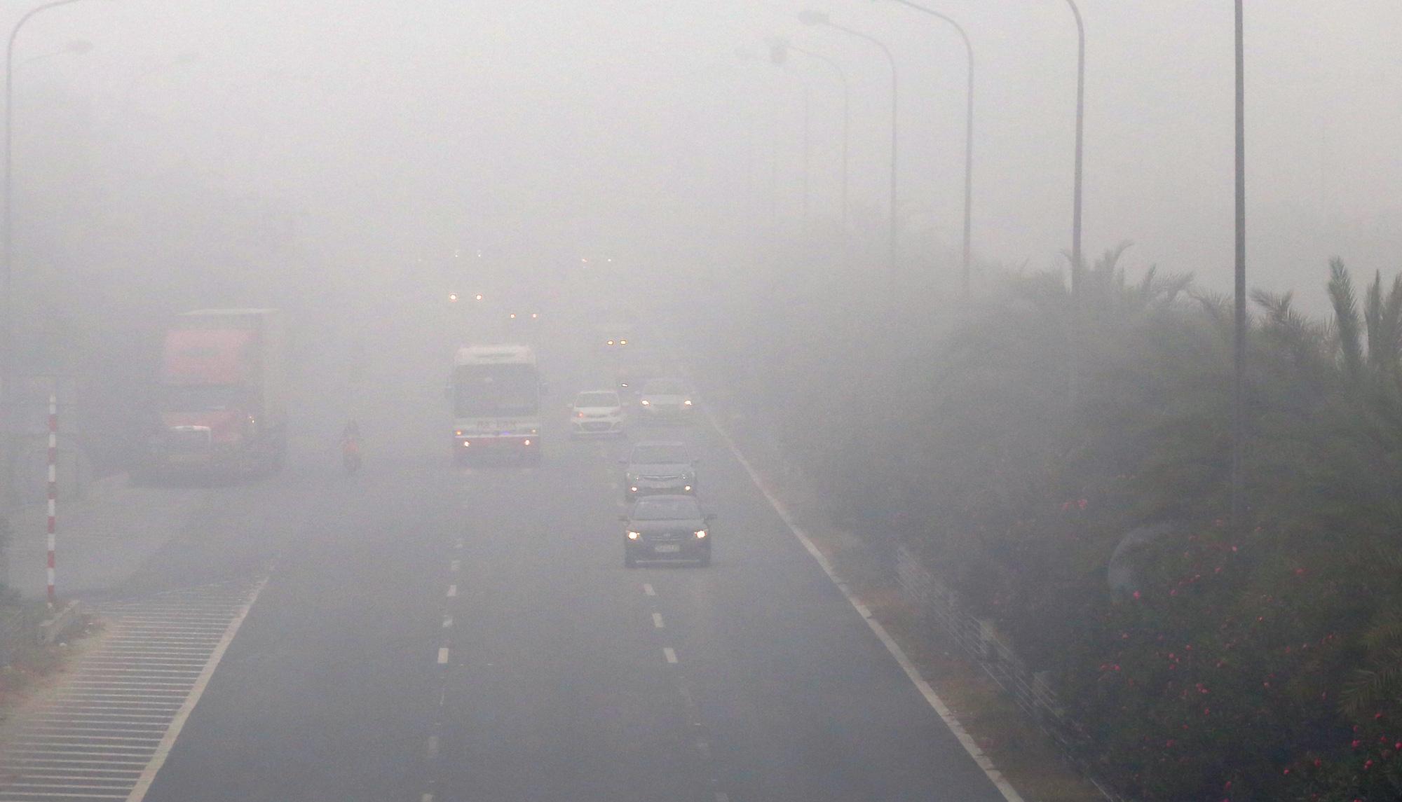 Hà Nội chìm trong sương mù giữa dịch virus corona - Ảnh 2.